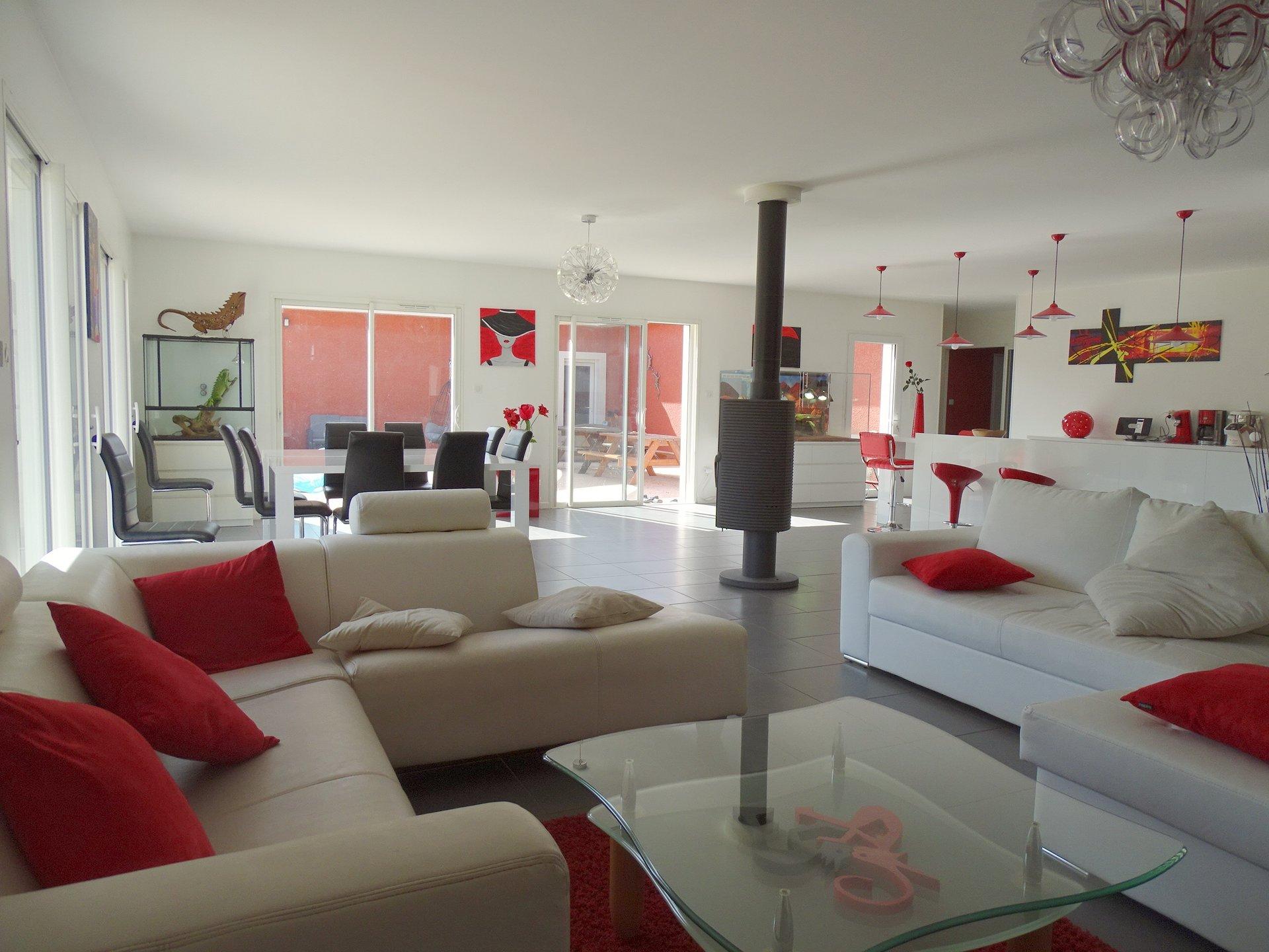 EXCLUSIVITE - Unique, à 10 mn à l'ouest de Mâcon - Découvrez cette superbe réalisation récente garantie encore jusqu'en 2023.  D'une surface de plus de 400 m² habitable, vous serez séduits par cette maison qui, via de belles ouvertures, s'articule autour d'une agréable terrasse de 95m². Cette villa comprend une partie principale disposant d'une pièce à vivre de 85 m² baignée de lumière, d'une suite parentale, d'une salle de jeux de 45 m², de trois chambres d'environ 25 m², d'une dernière chambre de 16 m², d'une grande salle de bains indépendante, d'une buanderie et d'un superbe dégagement. Attenant à cette partie principale et pouvant totalement être réunis, le bien dispose aussi d'un appartement indépendant de 90 m² avec son jardinet.  Grand garage de 65 m² et abris.  La maison s'ouvre complètement sur un extérieur unique : Plus de 10 000 m² de terrain avec une belle vue dégagée, longé par une rivière.  Rare de par sa surface (415 m² habitable - près de 500 m² de surface totale), sa configuration, ses volumes et son terrain. Construction de 2013 totalement de plain pied et aux normes handicapés !  A visiter sans tarder .. Honoraires à charges vendeurs et DPE en cours