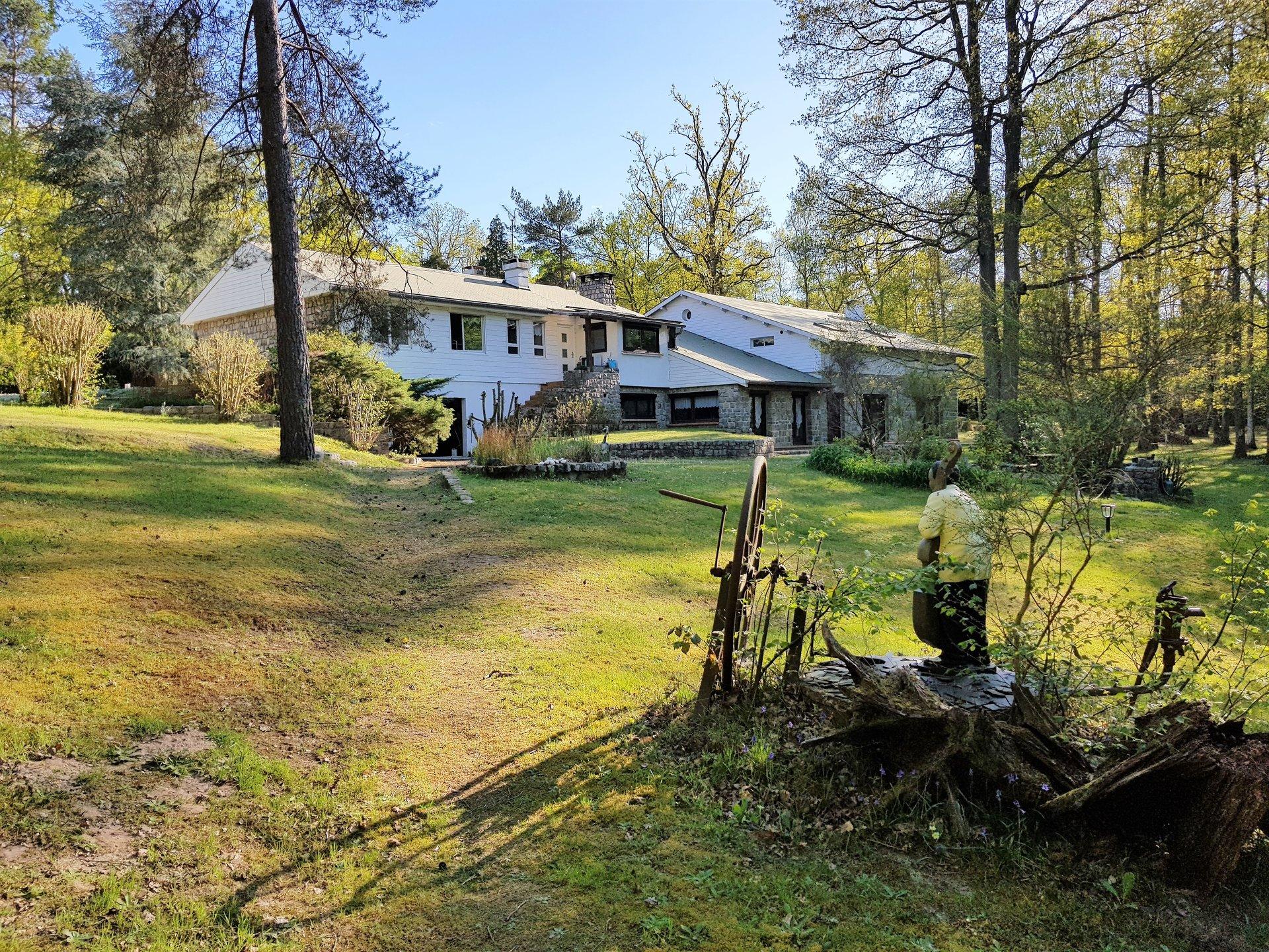 Exclusivité : Villa au calme sur son terrain de 4 Hectares