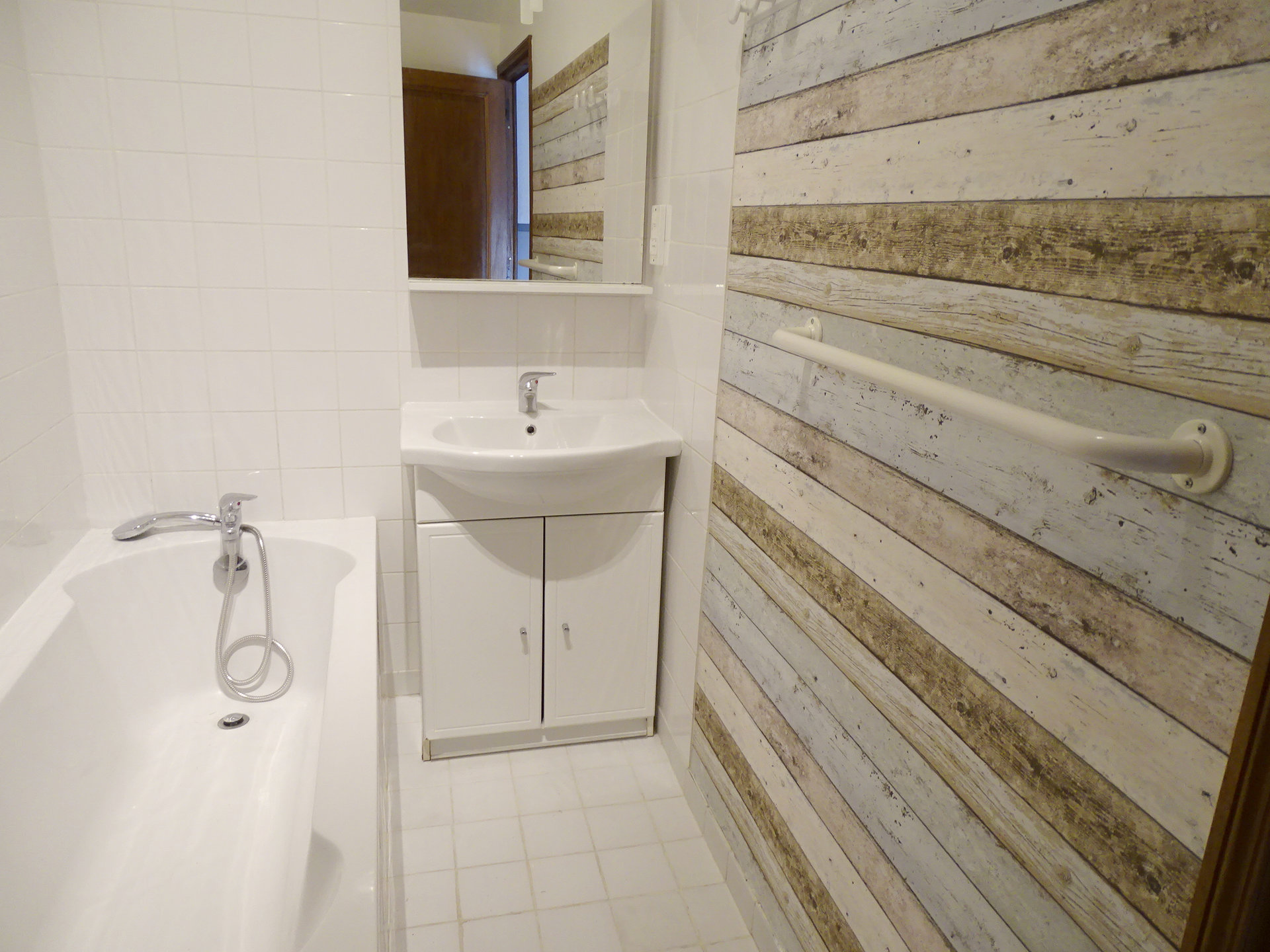 SOUS COMPROMIS DE VENTE  Mâcon - centre ville, à proximité immédiate de toutes les commodités, venez découvrir cet appartement soigneusement rénové avec une magnifique vue la Saône. D'une surface de 70 m², il se compose d'une lumineuse pièce de vie avec balcon, d'une cuisine équipée, d'une vaste chambre, d'un bureau, d'un toilette séparé, ainsi que d'une salle de bains/toilette. Appartement en très bon état au dernier étage d'une petite copropriété avec ascenseur ( 7 lots / charges 60 euros/mois). Honoraires à la charge du vendeur.