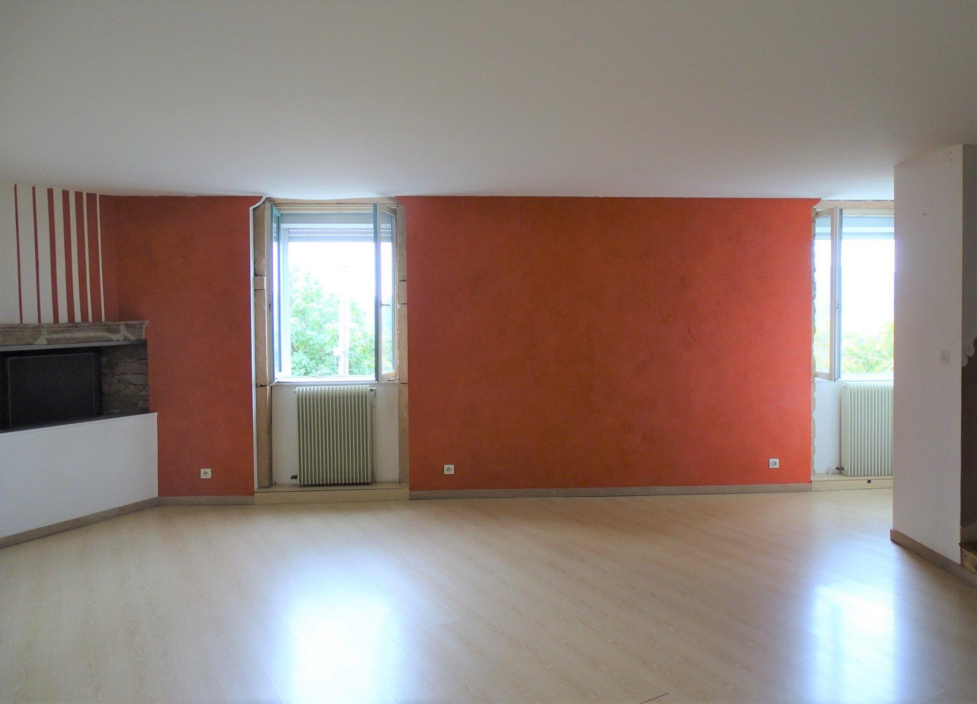 SOUS COMPROMIS DE VENTE Aux portes de Charnay les Mâcon (5mn du centre), maison de ville de 90 m² en bon état général.  Elle dispose d'un espace cuisine avec cellier, d'une pièce à vivre avec très belle vue sur les monts du mâconnais et d'une suite de 30 m² avec salle de douche.  Pas de gros travaux car la rénovation de cette jolie maison date de 2009 (toiture refaite, chaudière changée, salle de douche et plomberie refaits).  Joli produit proche de toutes les commodités, idéal 1er achat ou investissement ! Honoraires à charge vendeurs !