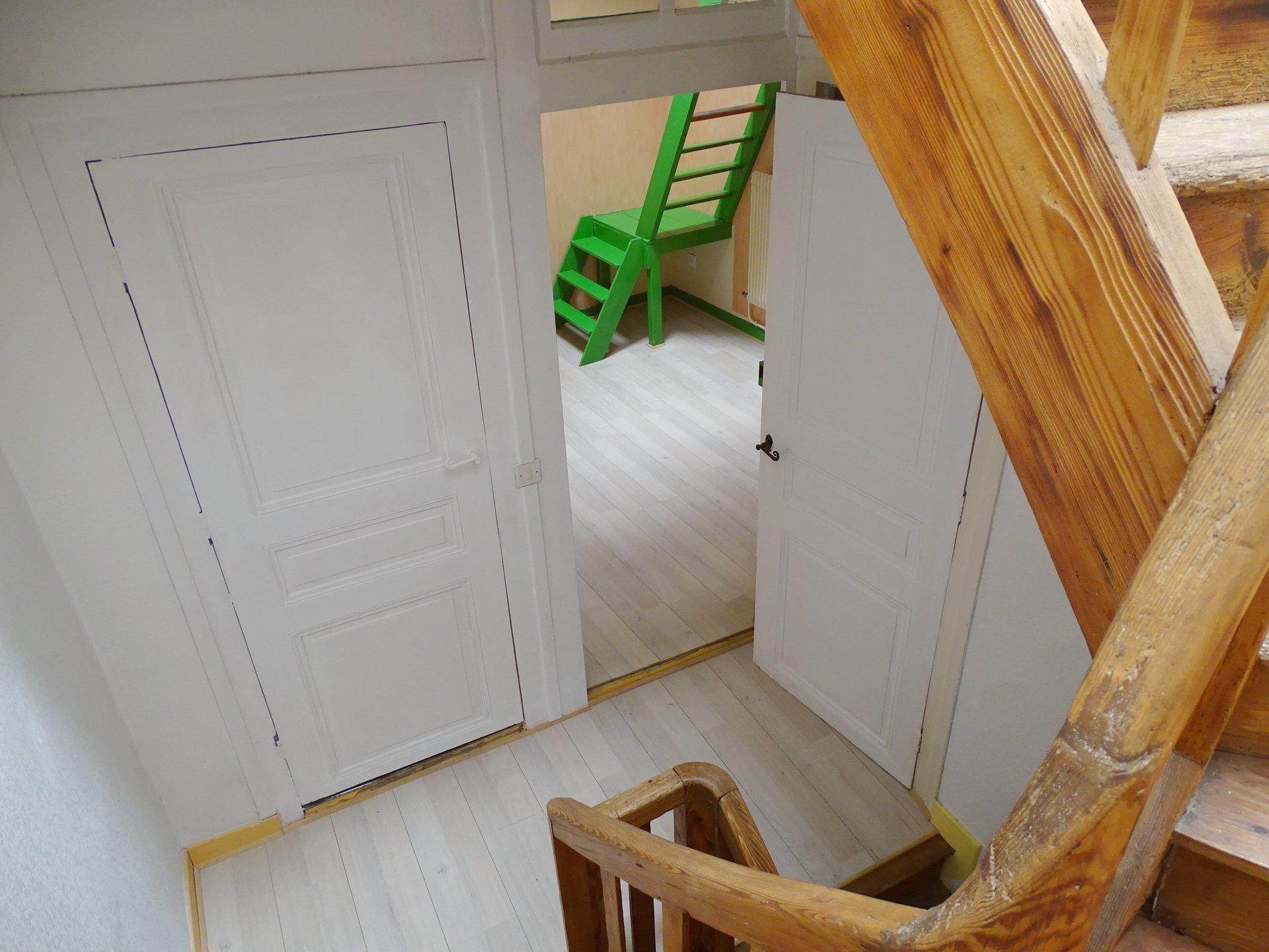 Proche de la place Gardon au centre de Mâcon, maison de ville d'environ 120 m².  Elle se compose en rez de chaussée, d'une pièce de 25 m², d'une salle de douche et d'un WC puis dans les étages elle dispose d'un séjour avec cuisine aménagée, d'une grande chambre de près de 25 m², de deux bureaux pouvant être réunis et d'une seconde salle de bains.  La toiture a été entièrement refaite en 2009 et la façade date de 2019 !  A visiter pour son potentiel et son emplacement ! Honoraires à charge vendeurs