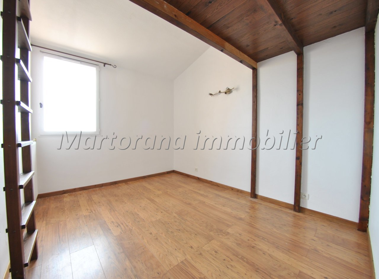 Spacious 5-room triplex apartment with terrace and garage in the basement.
