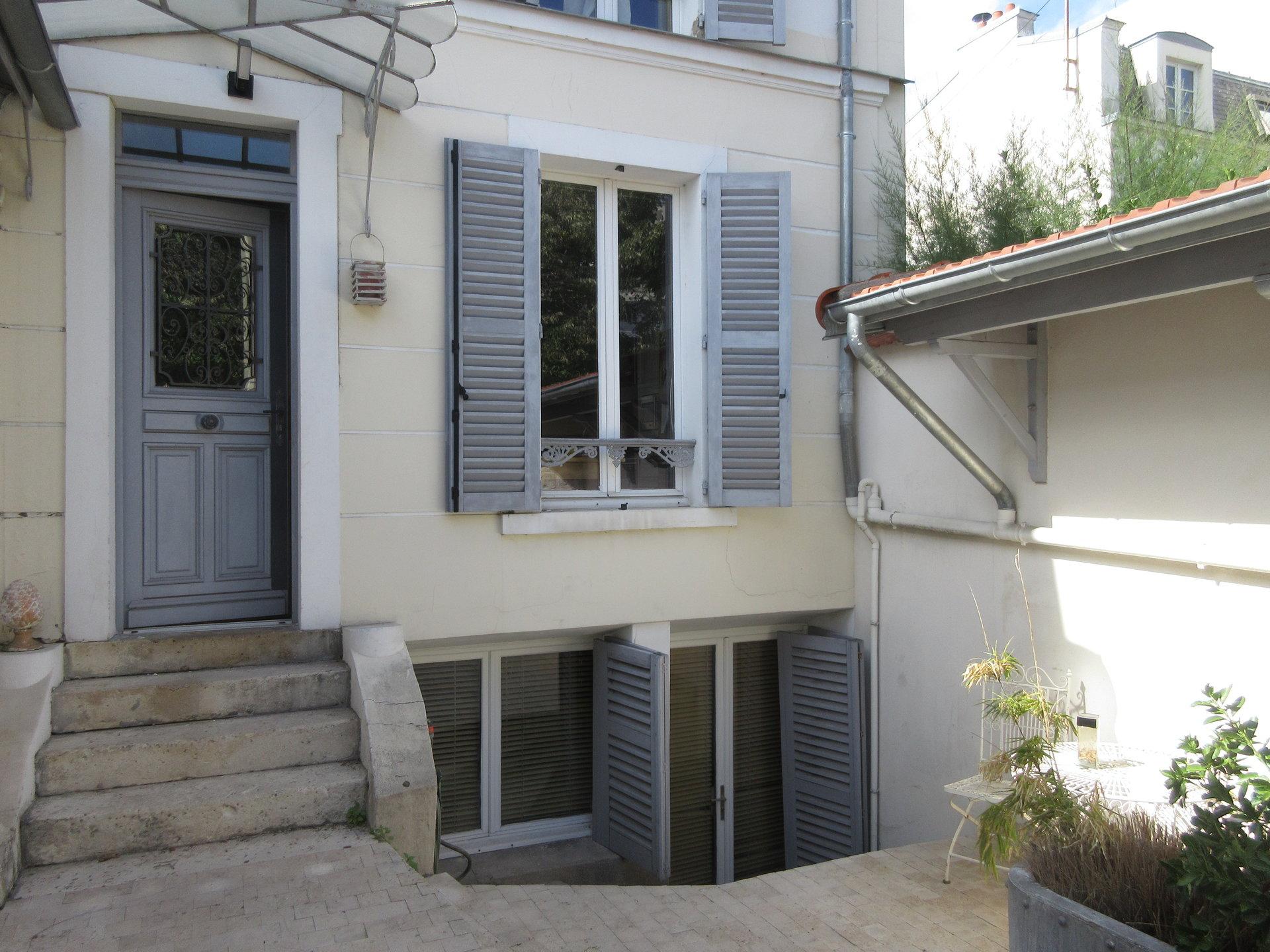 Chatou bas. En hypercentre, maison ancienne située à 3 min du RER à pied.