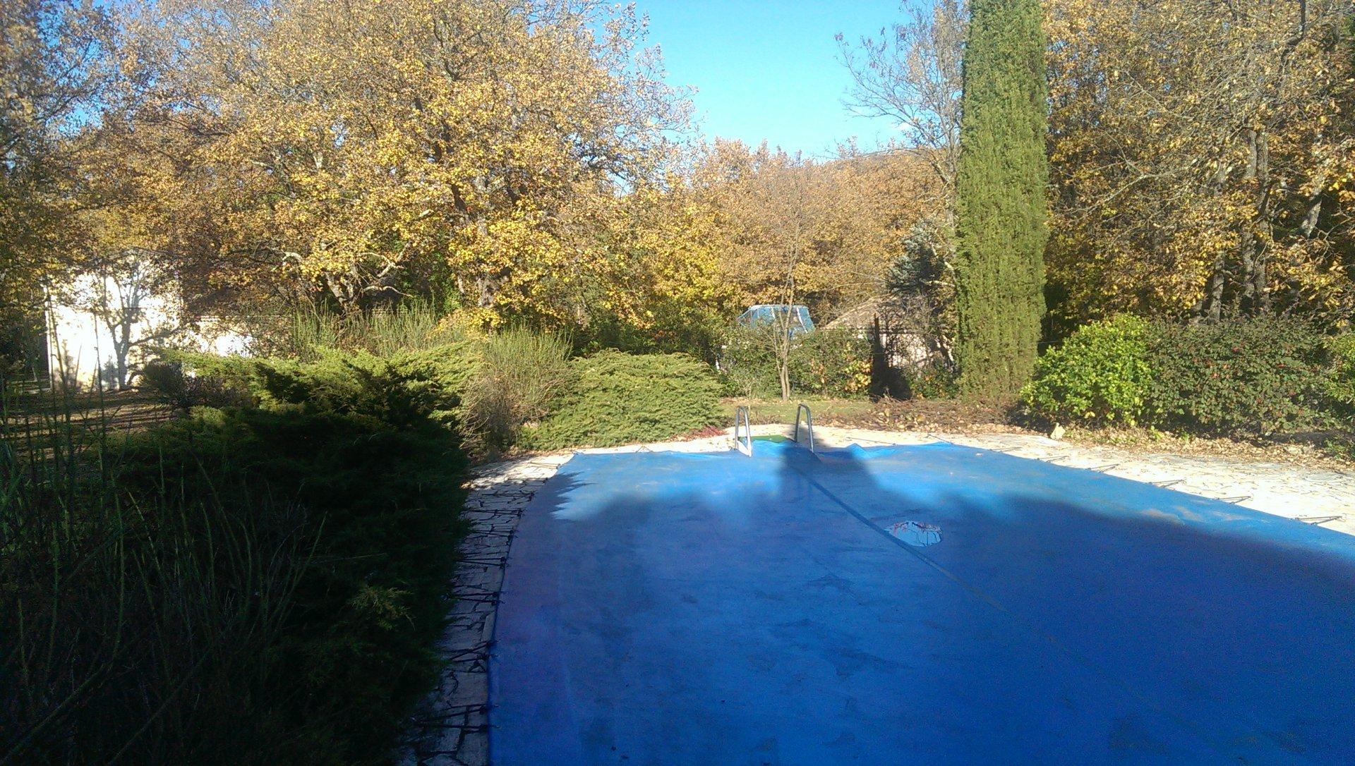 terrain de 1500m² avec piscine et tennis plat