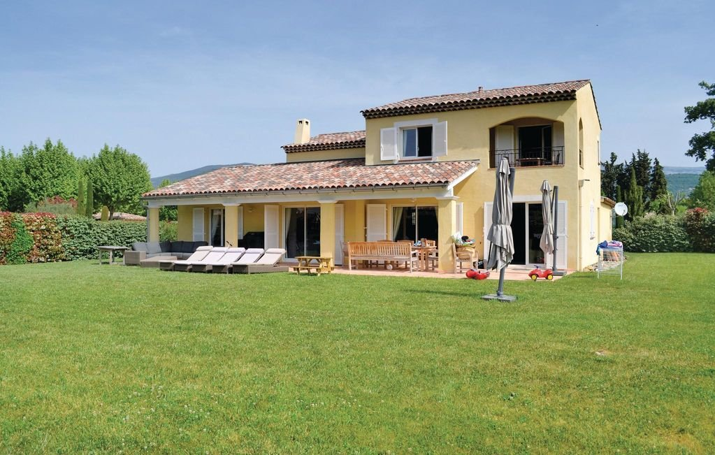 Saint Cezaire sur Siagne - New house in a field of standing.