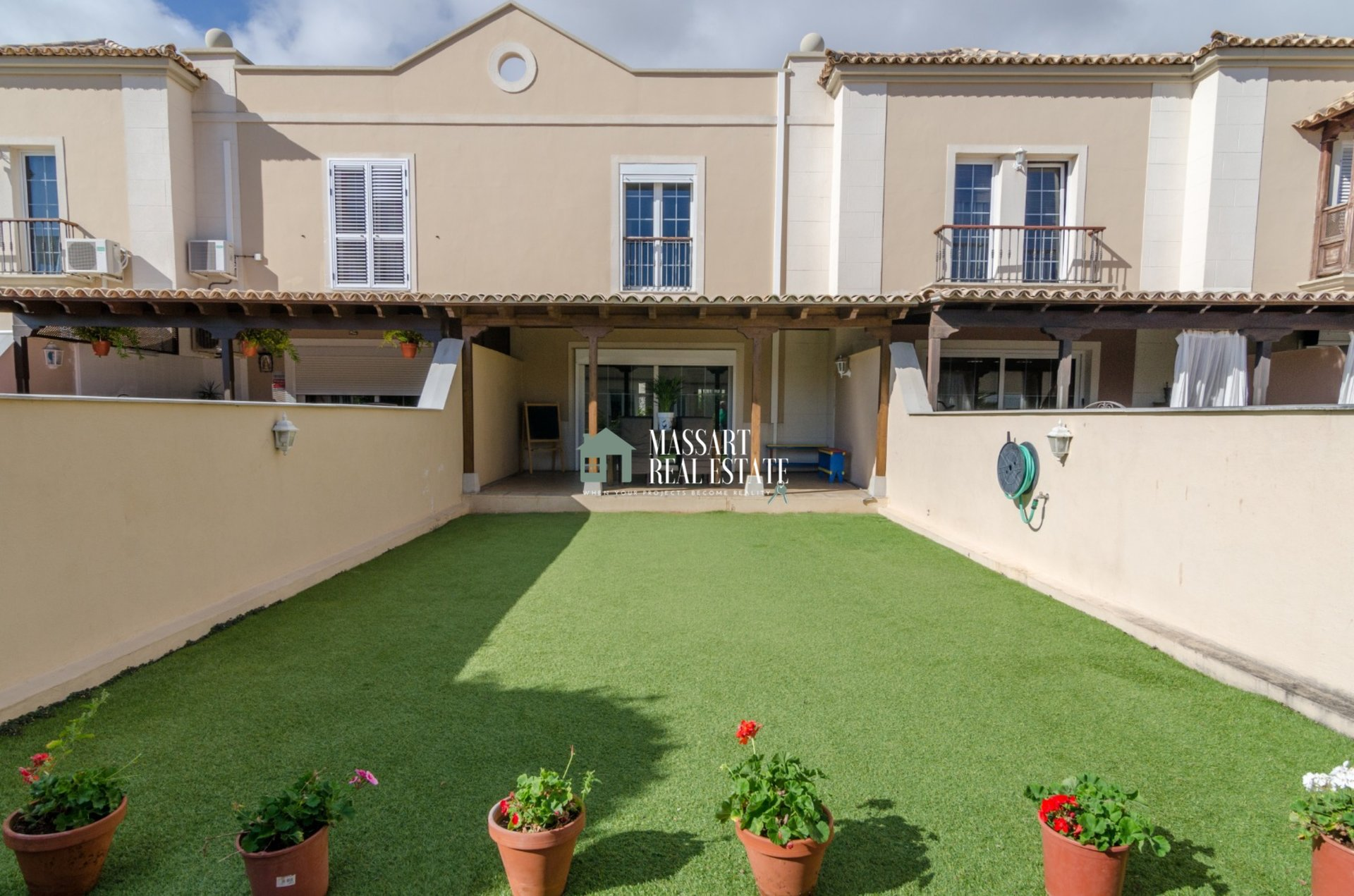 For sale in the renowned municipality of Adeje, beautiful terraced house of 270 m2 with a strategic distribution.
