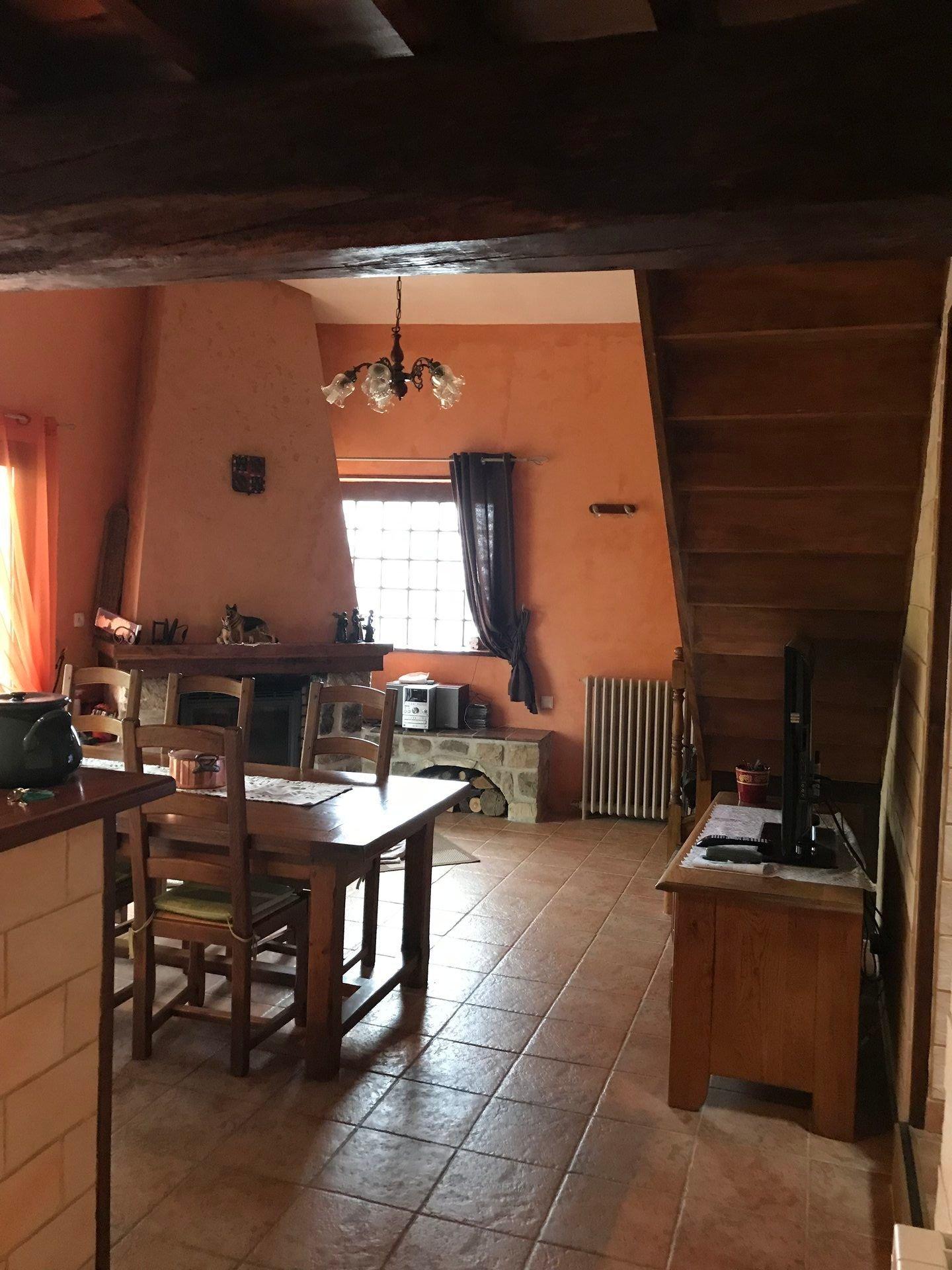 salle à manger avec cheminé