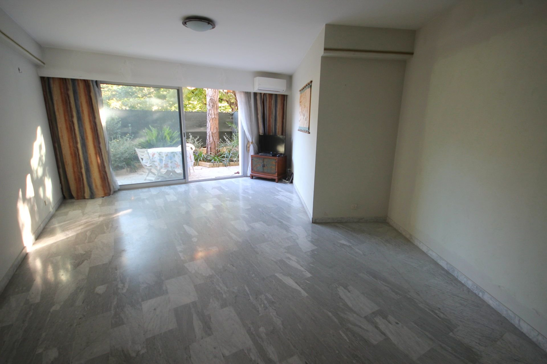 SALE 3 ROOMS NEAR SHOPS TO RENOVATE