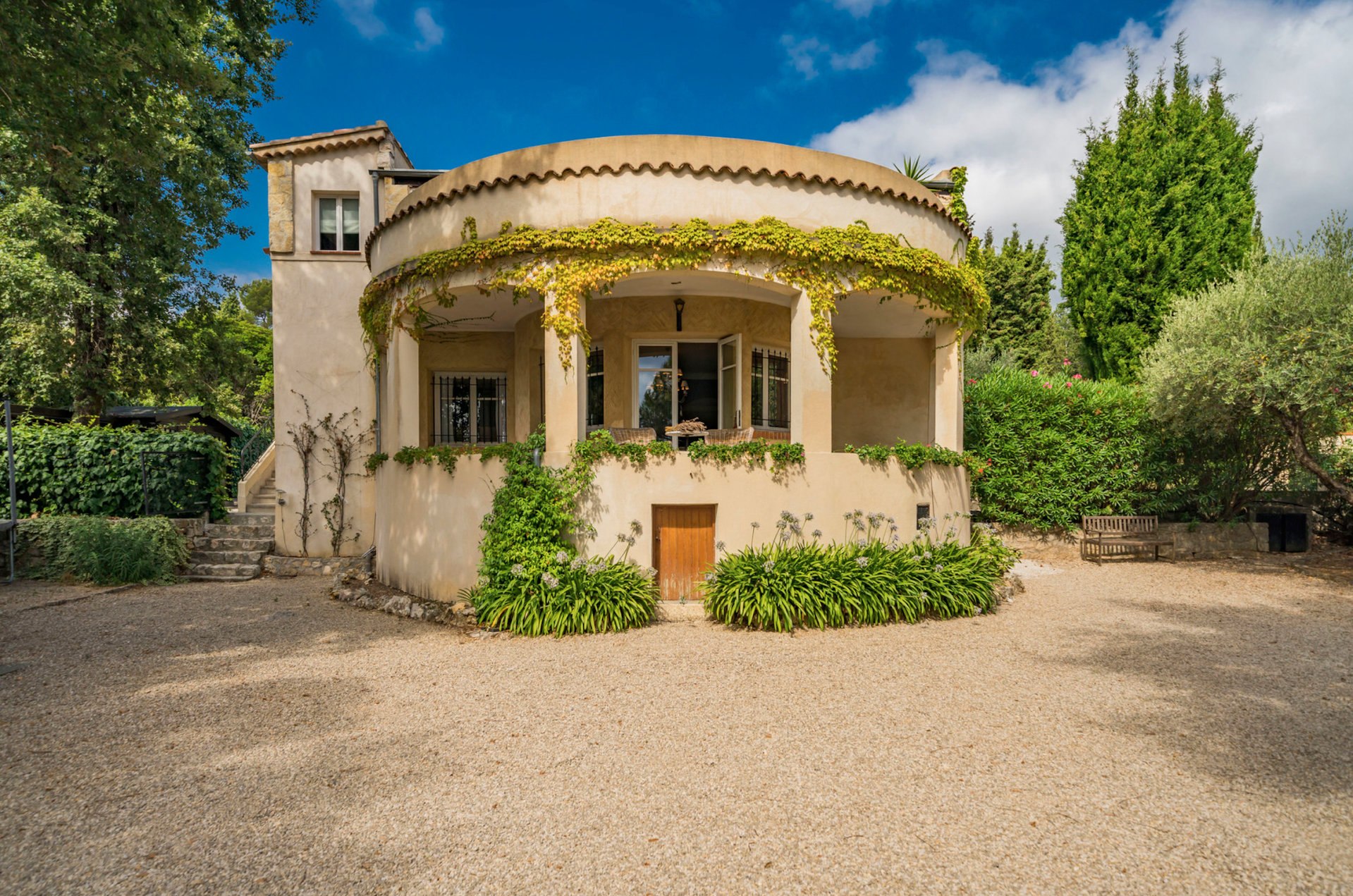 Lovely art deco villa 10 min. walk from the village