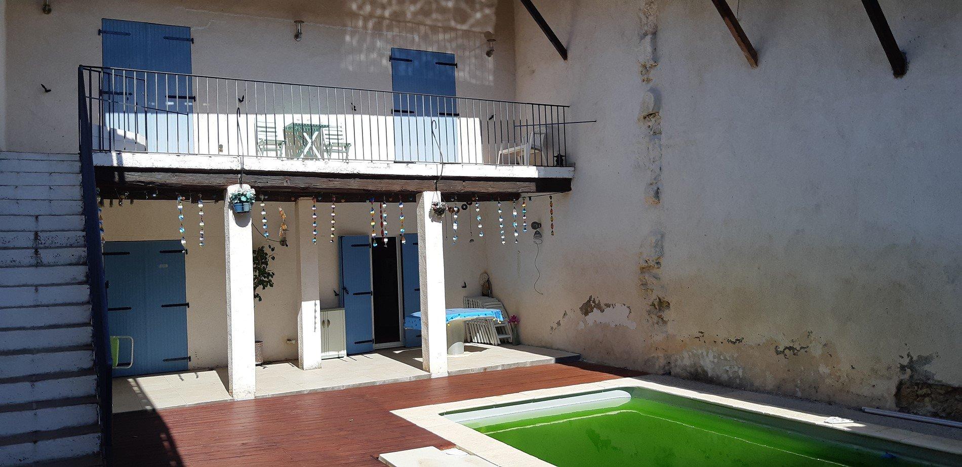 Vinbondehus med pool och innergård
