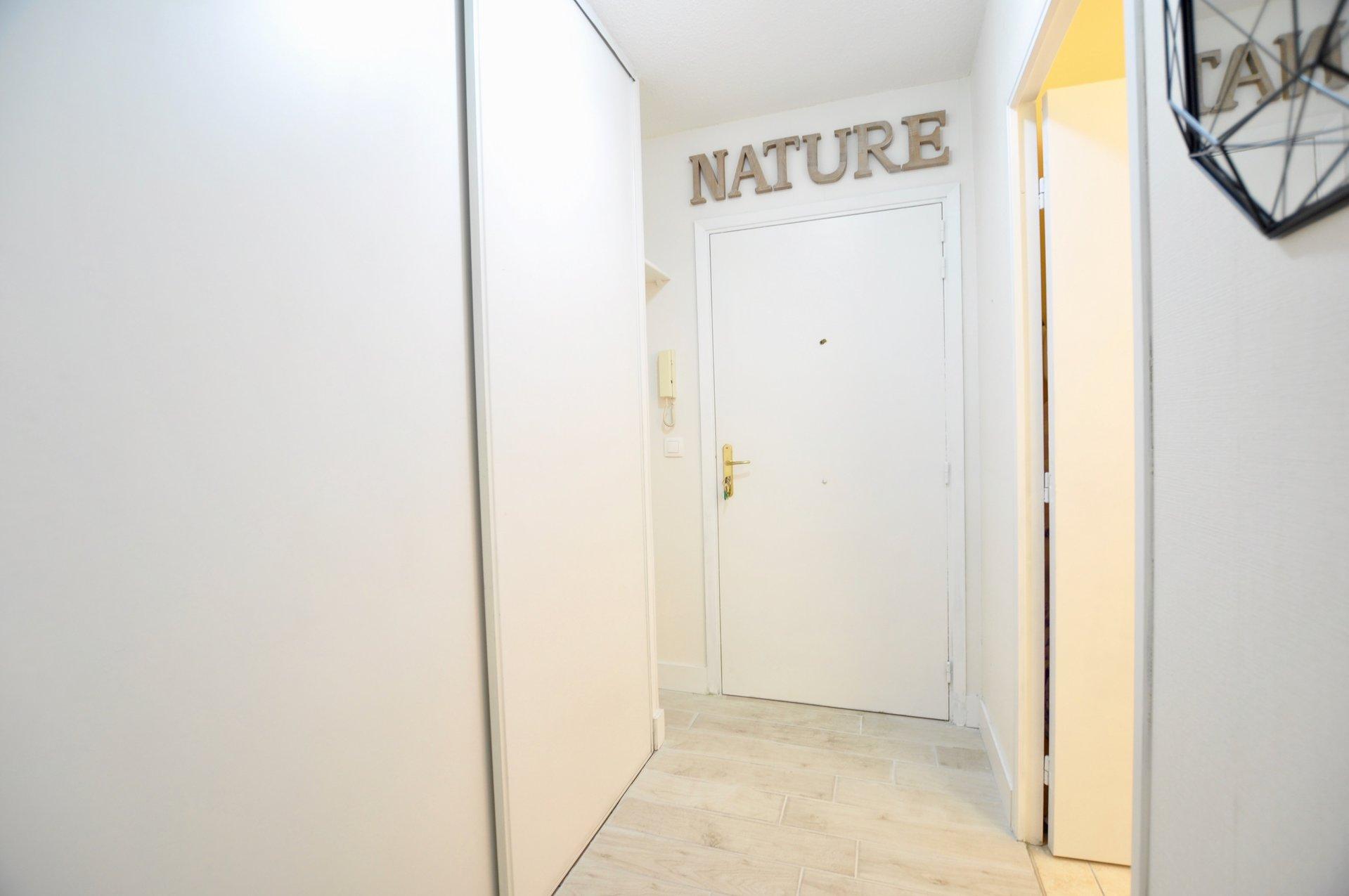 NICE RIQUIER: Studio meublé avec terrasse