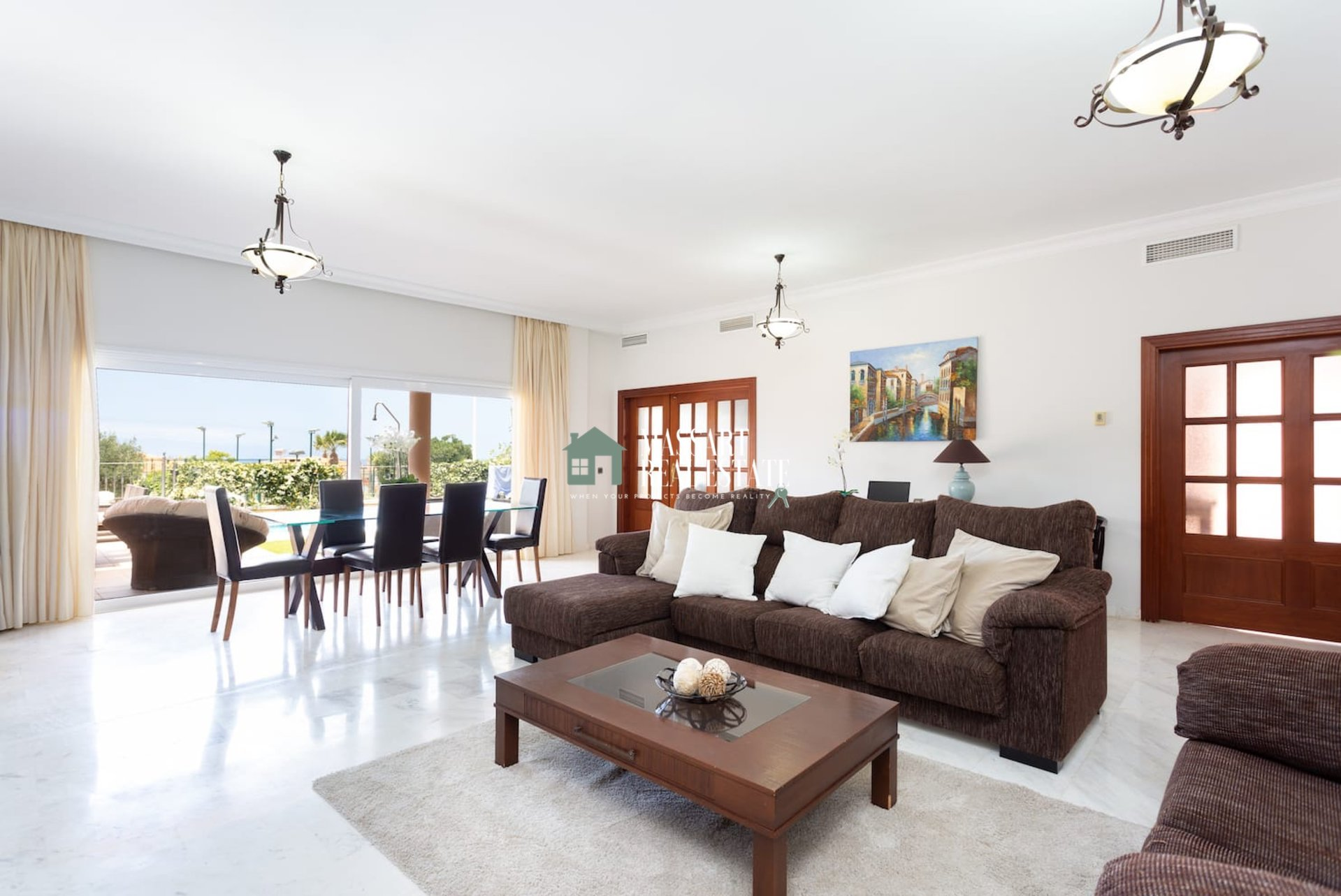 For SALE in the well-known area of ​​Playa la Arena (Puerto De Santiago), luxurious villa with a total area of ​​368 m2 distributed over two floors.