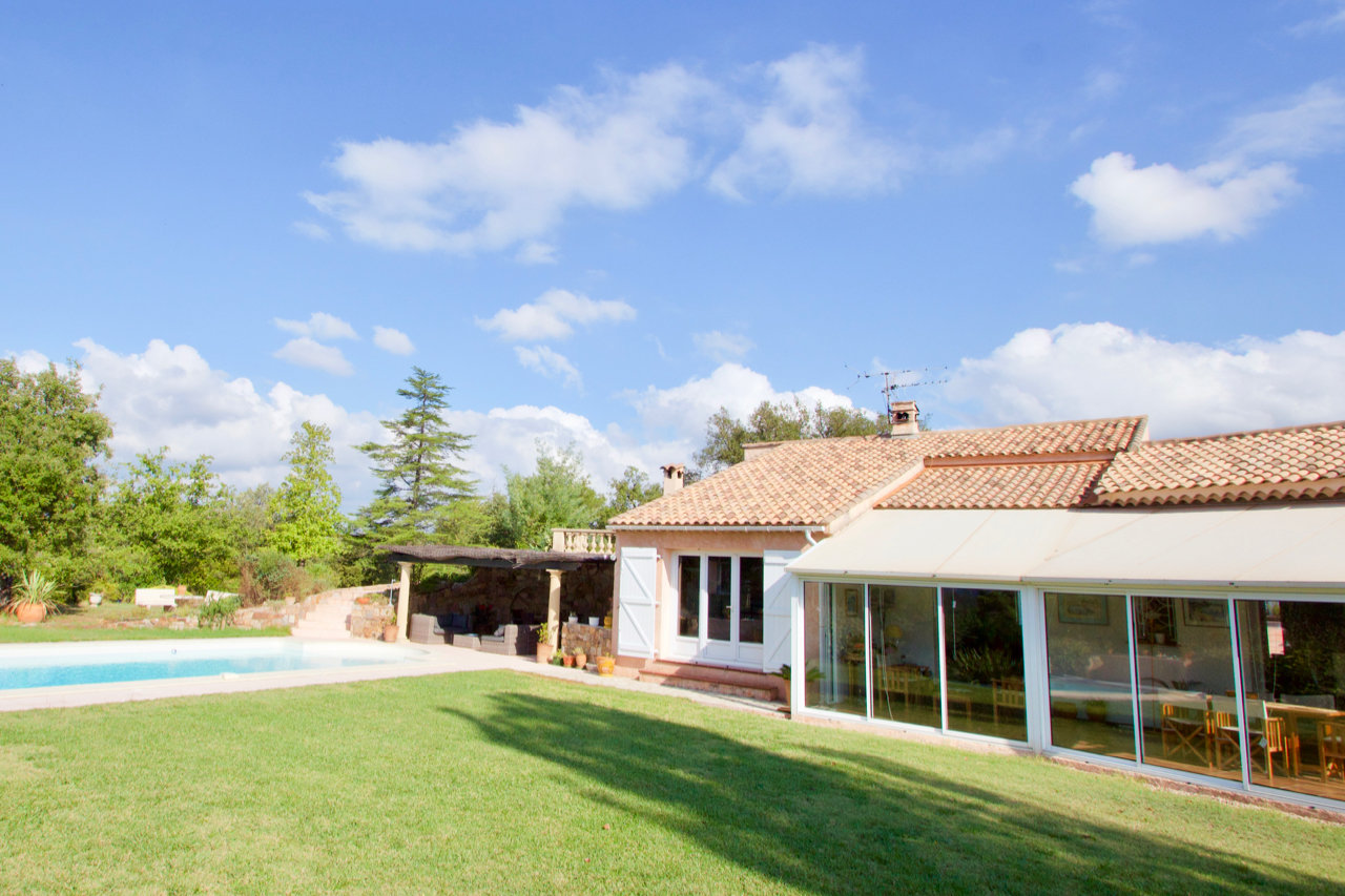 Roquebrune-sur-Argens - Villa (approx. 300m2) on double land of + 8.500m2