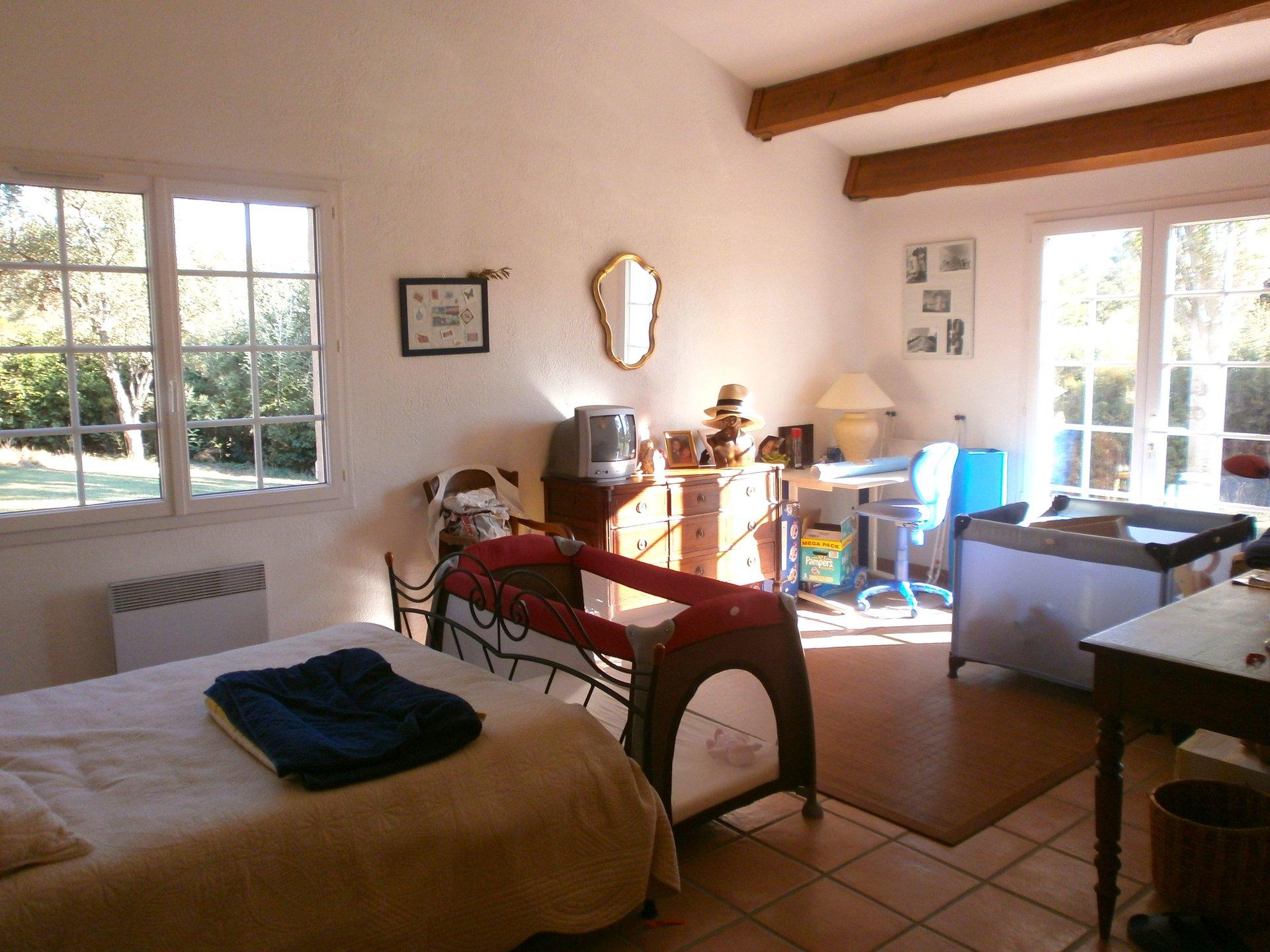 Roquebrune-sur-Argens - Villa (approx. 300m2) on double land of + 8.500m2