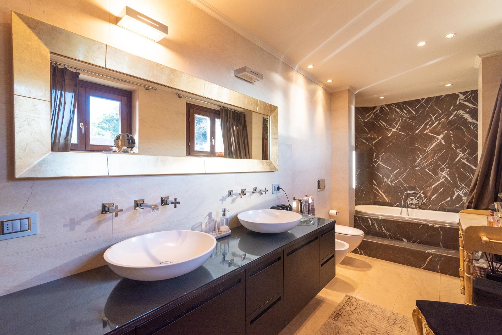 Modern villa with swimming pool for sale in Verbania - double-sink bathroom