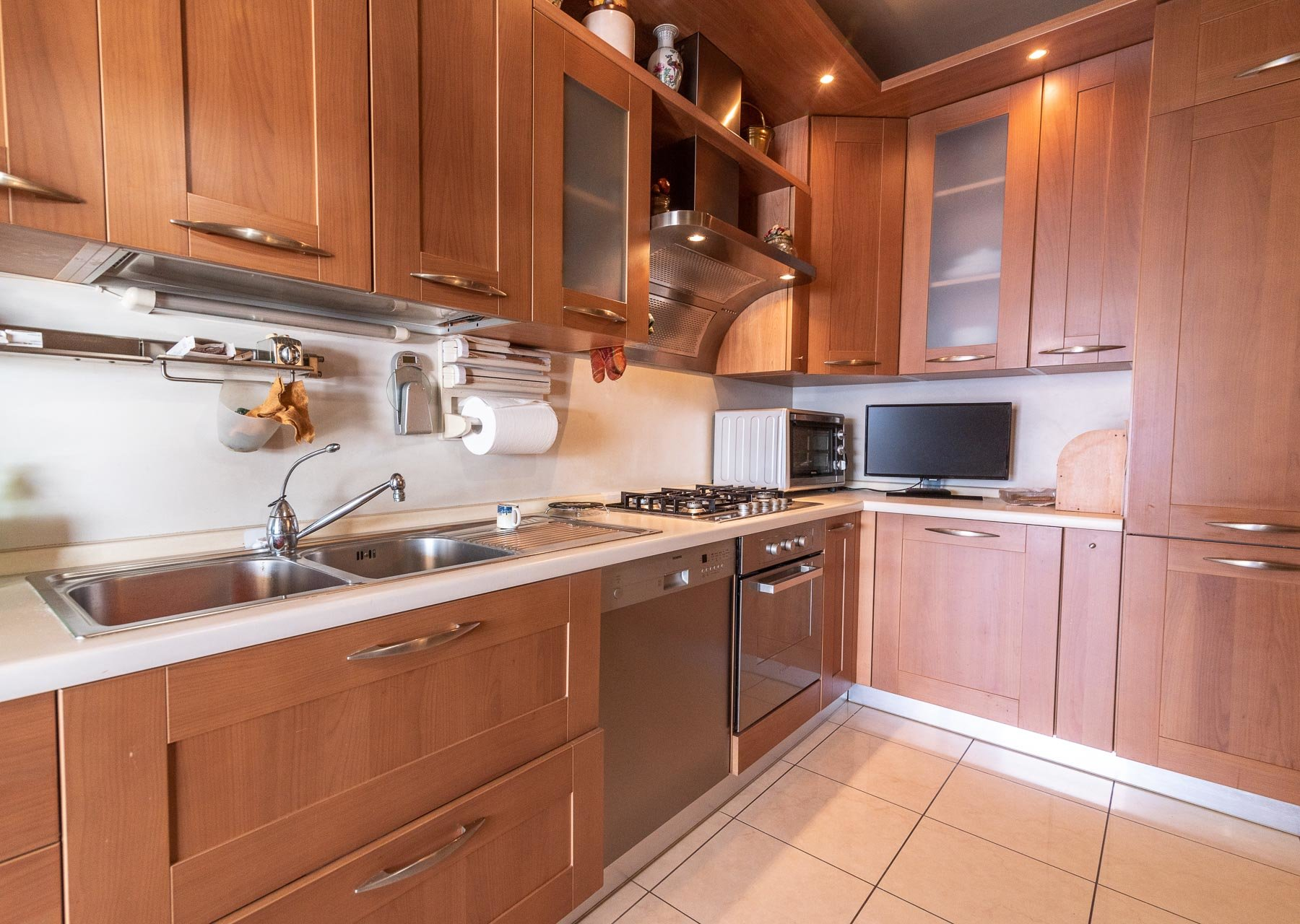 Modern villa with swimming pool for sale in Verbania - guest kitchen
