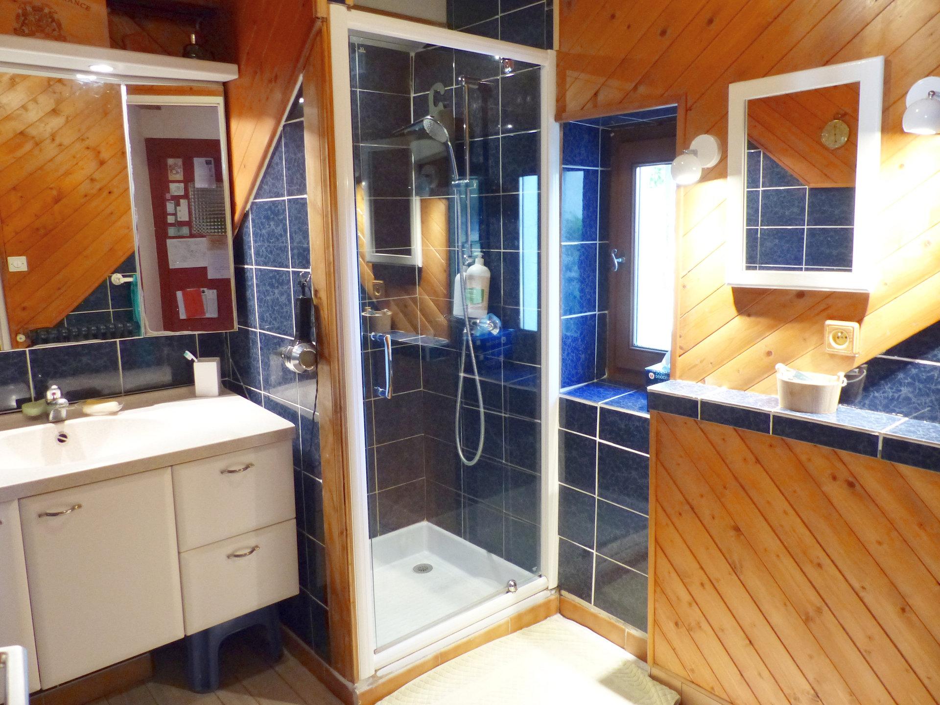 """A 5 min de Mâcon, au calme absolu, venez découvrir cette ferme rénovée offrant une surface habitable de 180 m². Elle dispose au rez-de-chaussée d'un bel espace salon, d'une vaste cuisine équipée avec sa salle à manger, d""""une buanderie, d'une salle d'eau ainsi que d'un toilette. A l'étage, vous trouverez trois grandes chambres, une salle de bains, un toilette, ainsi qu'une pièce de 47 m² pouvant être aménagée selon vos besoins. Cette maison soigneusement entretenue saura vous séduire par son charme et ses volumes. Elle est implantée sur un terrain clos et arboré de 2400 m² avec piscine et dépendances. Honoraires à la charge du vendeur."""
