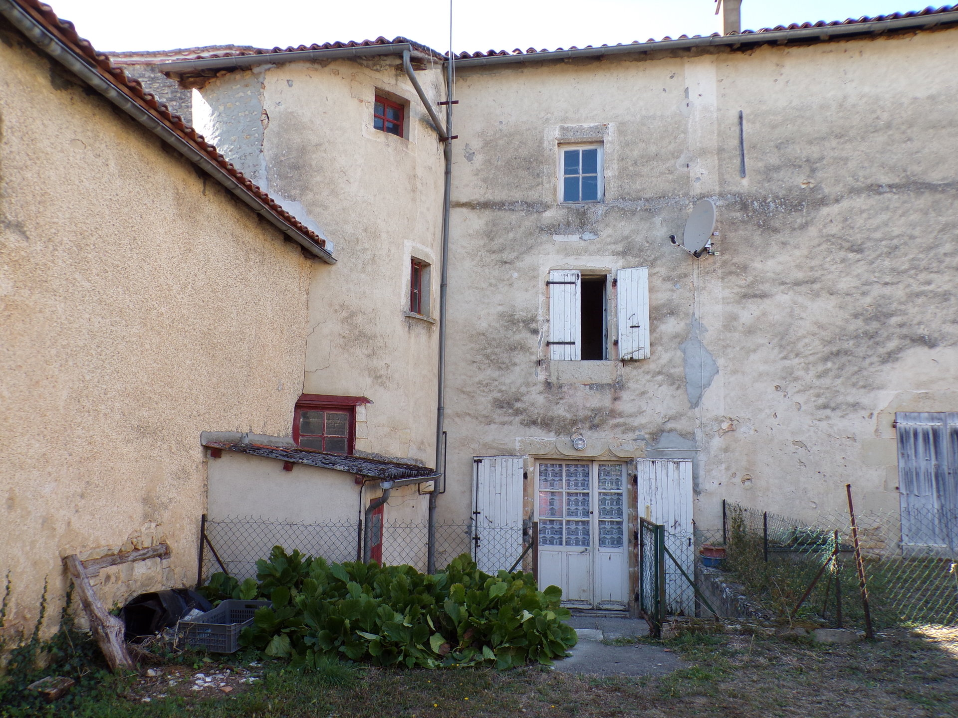 Old house in Nanteuil en Vallée