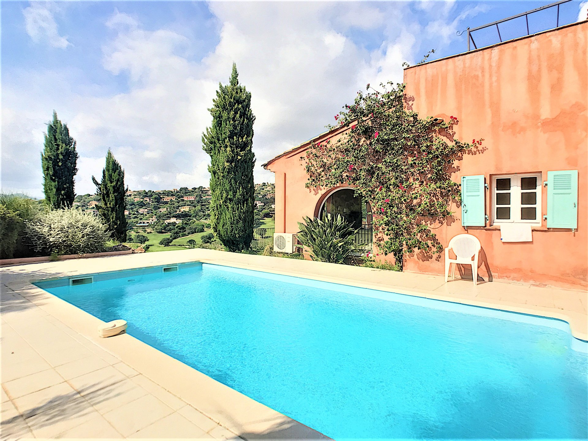Beautidul spacious property with pool and open view
