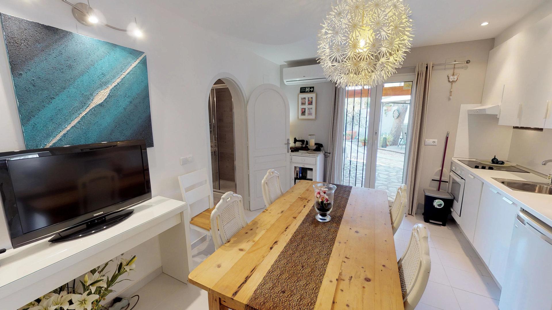 Villa dans un environnement verdoyant avec 3 appartements et une chambre