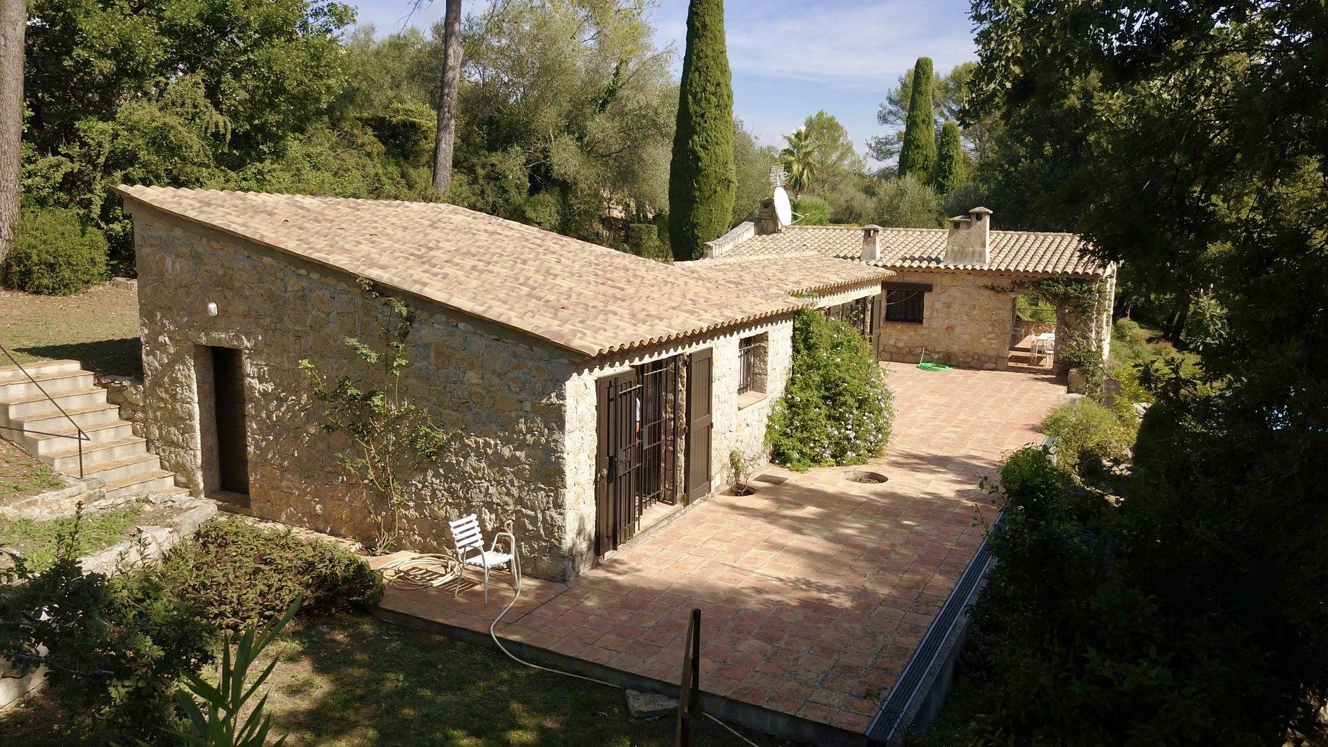 Maison en pierre à pied du village de Valbonne
