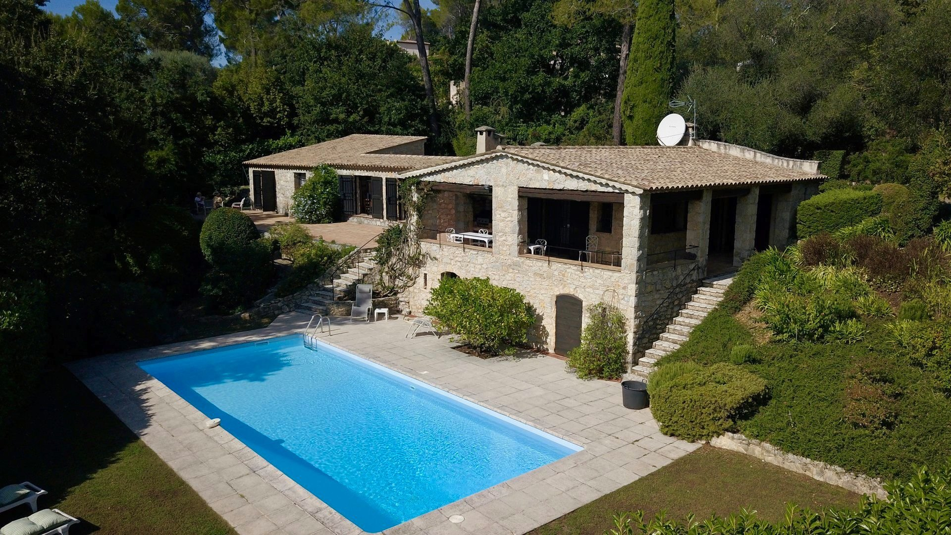 Stone house walking distance from the village of Valbonne