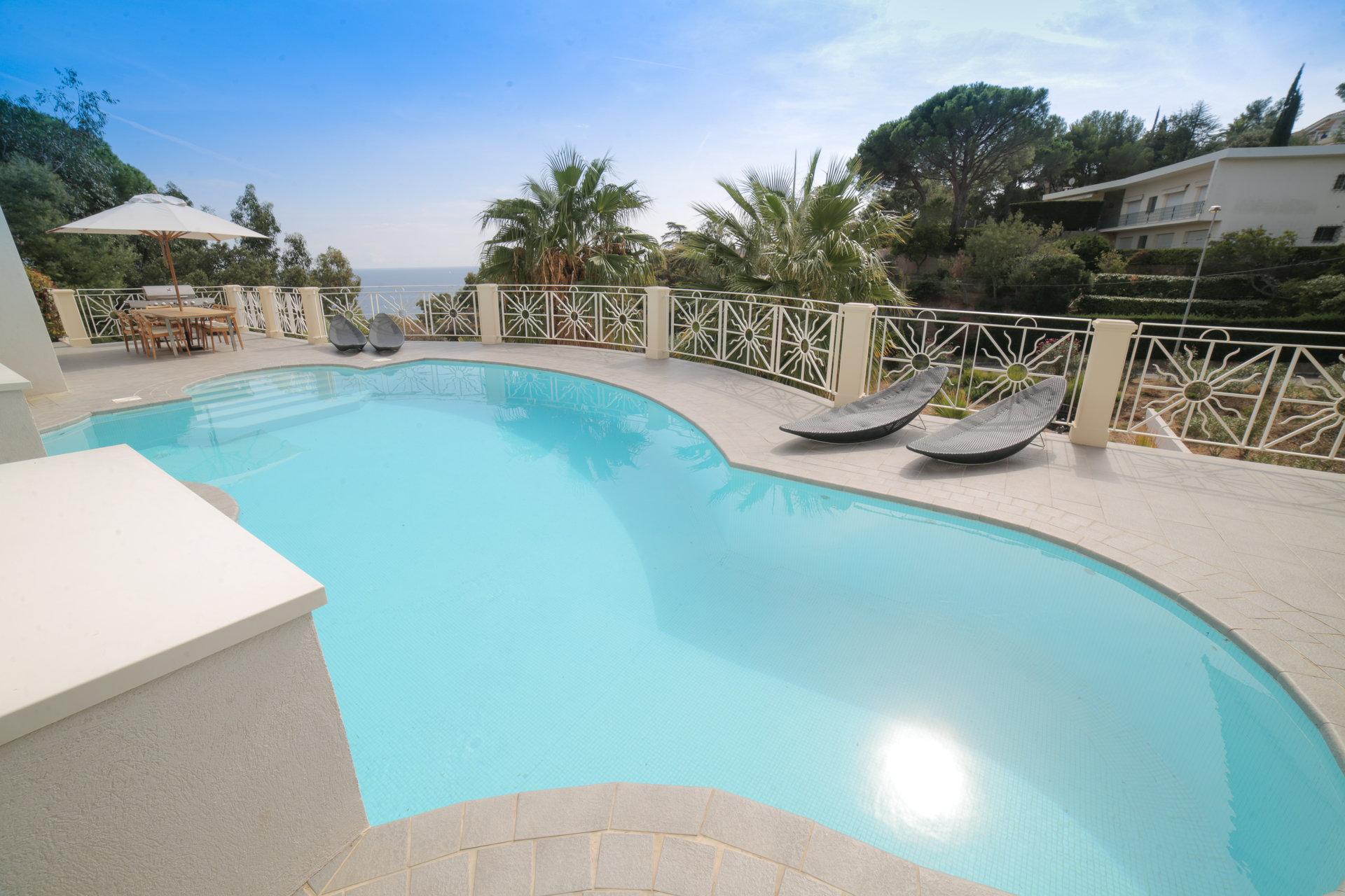Große moderne Villa mit Meerblick in Les Issambres, Côte d'Azur
