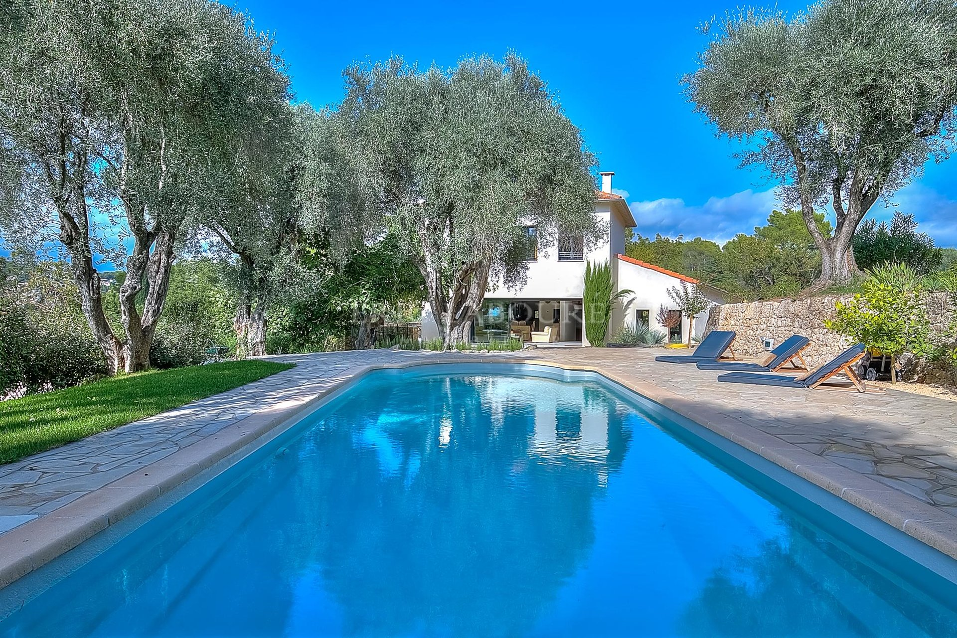 Charming provencal villa enjoying sumptuous view on the village