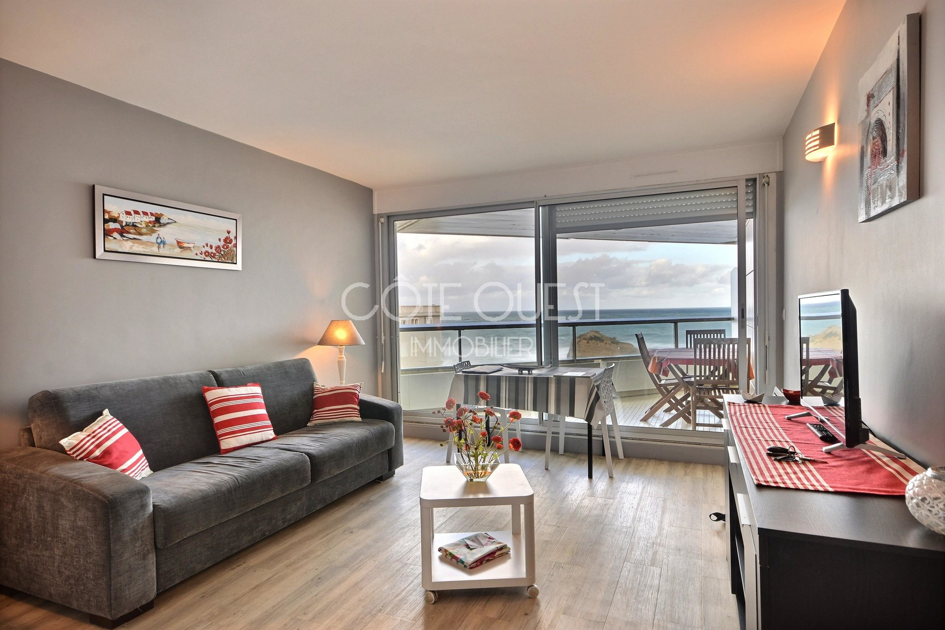 BIARRITZ, MIRAMAR NEIGHBOURHOOD.  A STUDIO APARTMENT WITH A TERRACE FACING THE OCEAN