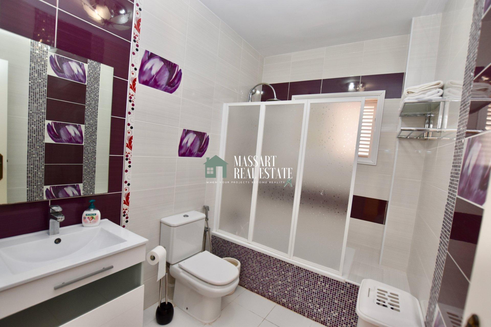 En venta en el centro de Adeje, casa independiente distribuida en dos plantas con vistas privilegiadas.