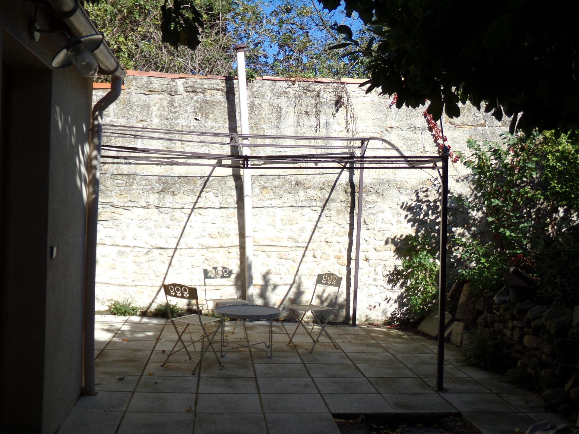 Joli T2 meublé de plain pied avec terrasse en plein coeur historique d'Uzès