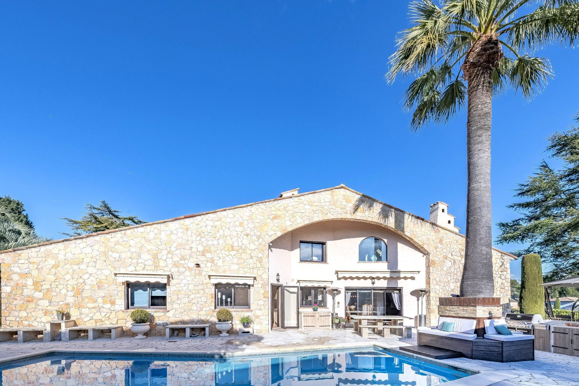 In a very private and quiet area property in stone of about 500sqm with tennis court