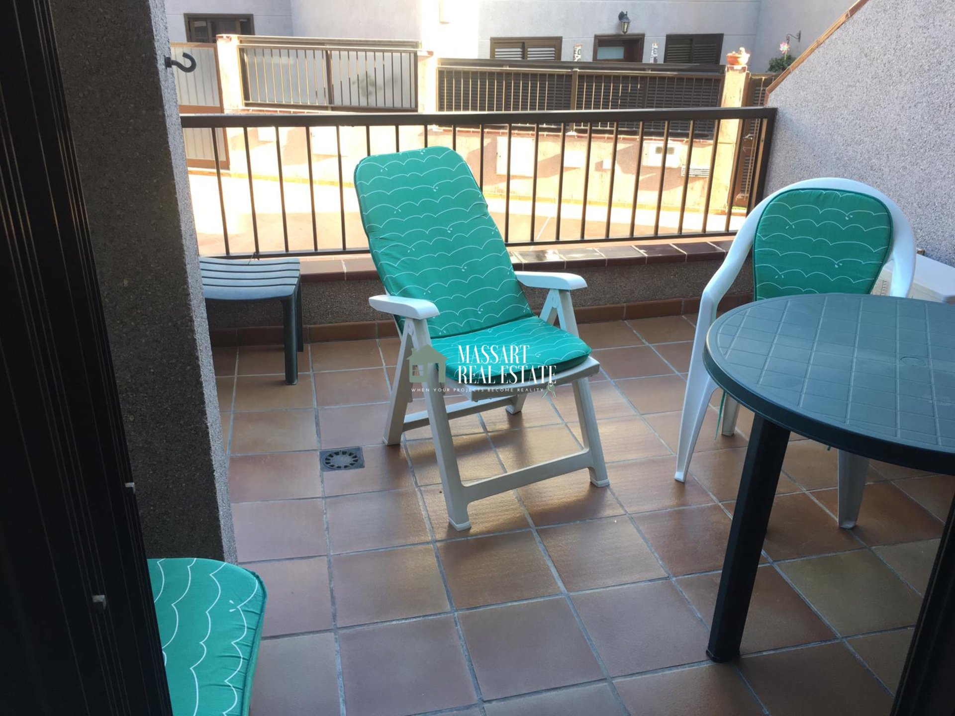For rent in the coastal area of El Médano, practical townhouse very close to the beach.