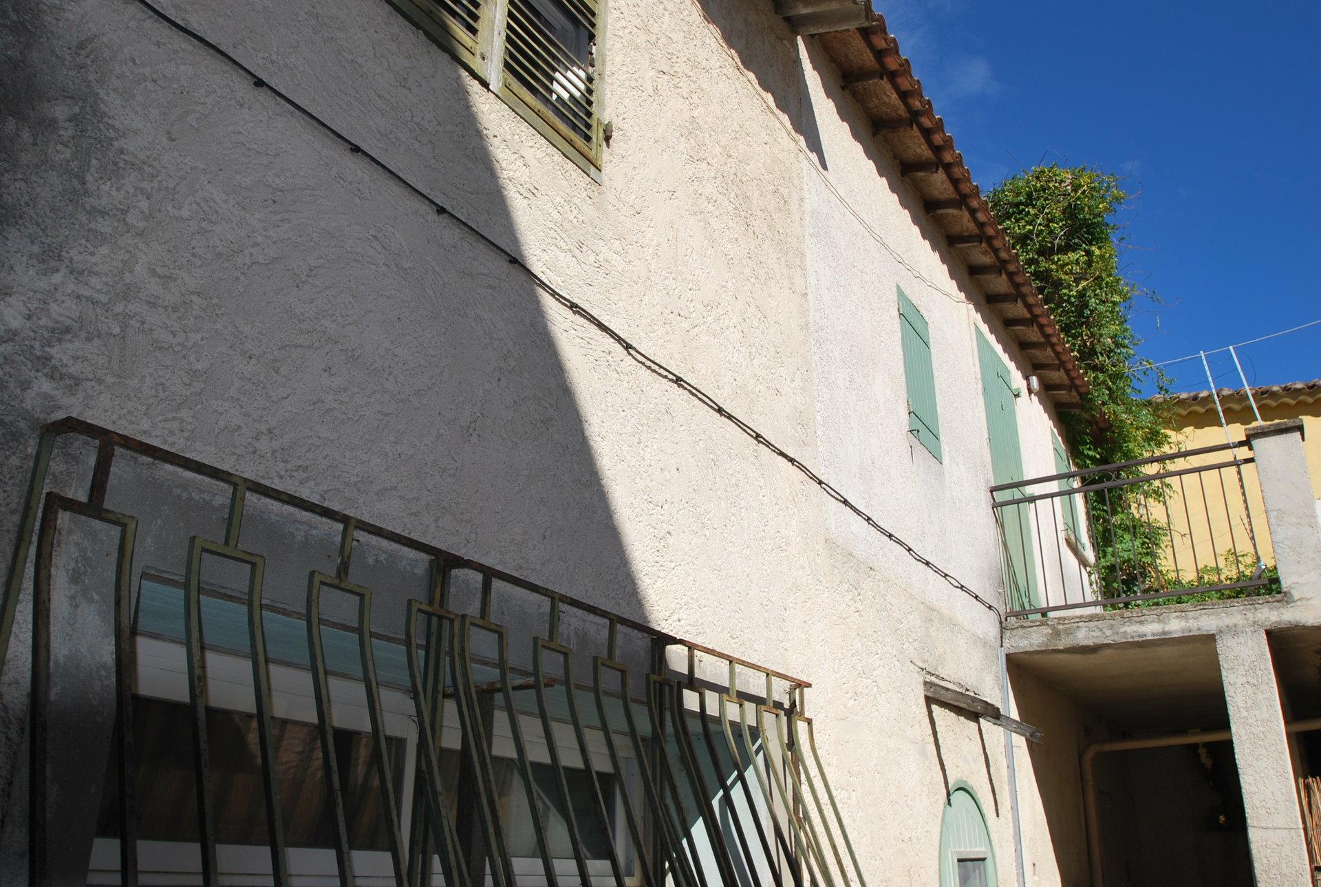 Immeuble ou maison centre de Mouries