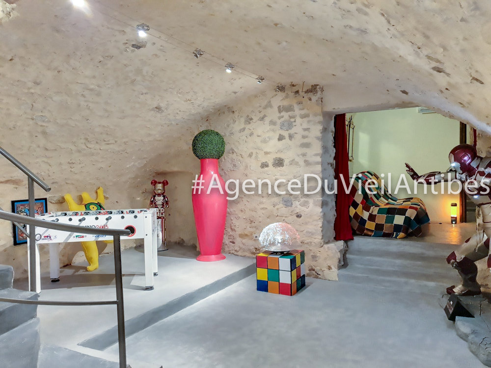 HEARTH OF VIEIL ANTIBES - 3 BEDROOMS 186 M2 WITH TERRACE