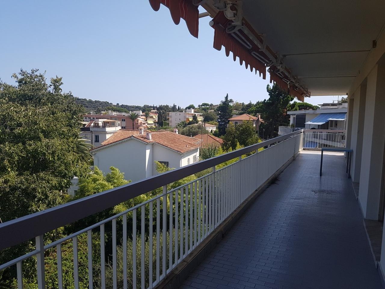 Lägenhet med stor terrass och havsutsikt