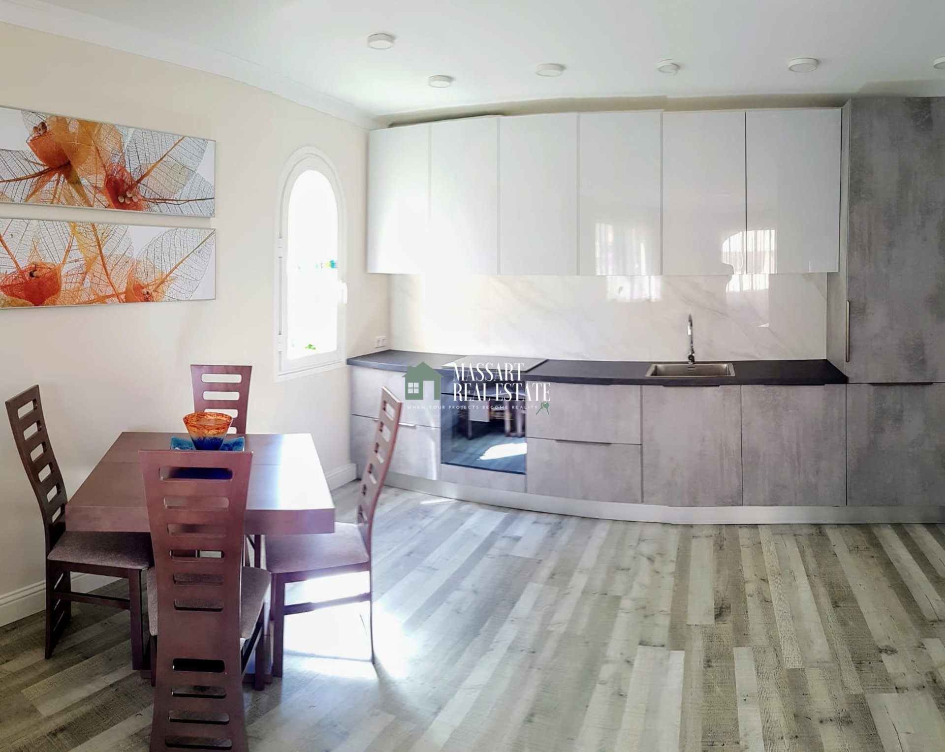 For sale in the coastal area of Los Cristianos, in the Parque Tropical I complex, completely renovated and furnished apartment with privileged views of the sea.