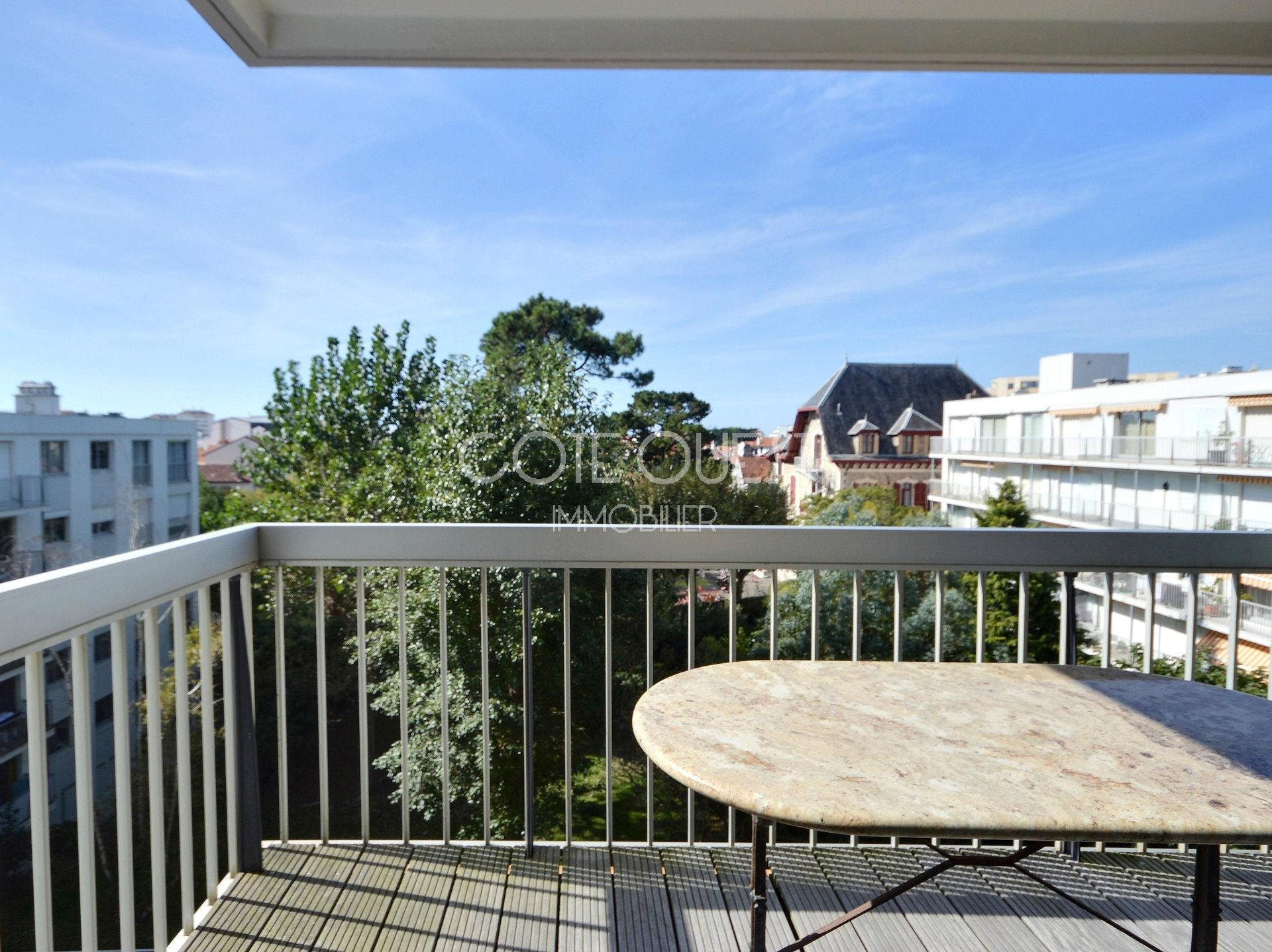 BIARRITZ, SAINT CHARLES NEIGHBOURHOOD. A 2-BED APARTMENT WITH TERRACES AND ENJOYING AN OPEN VIEW