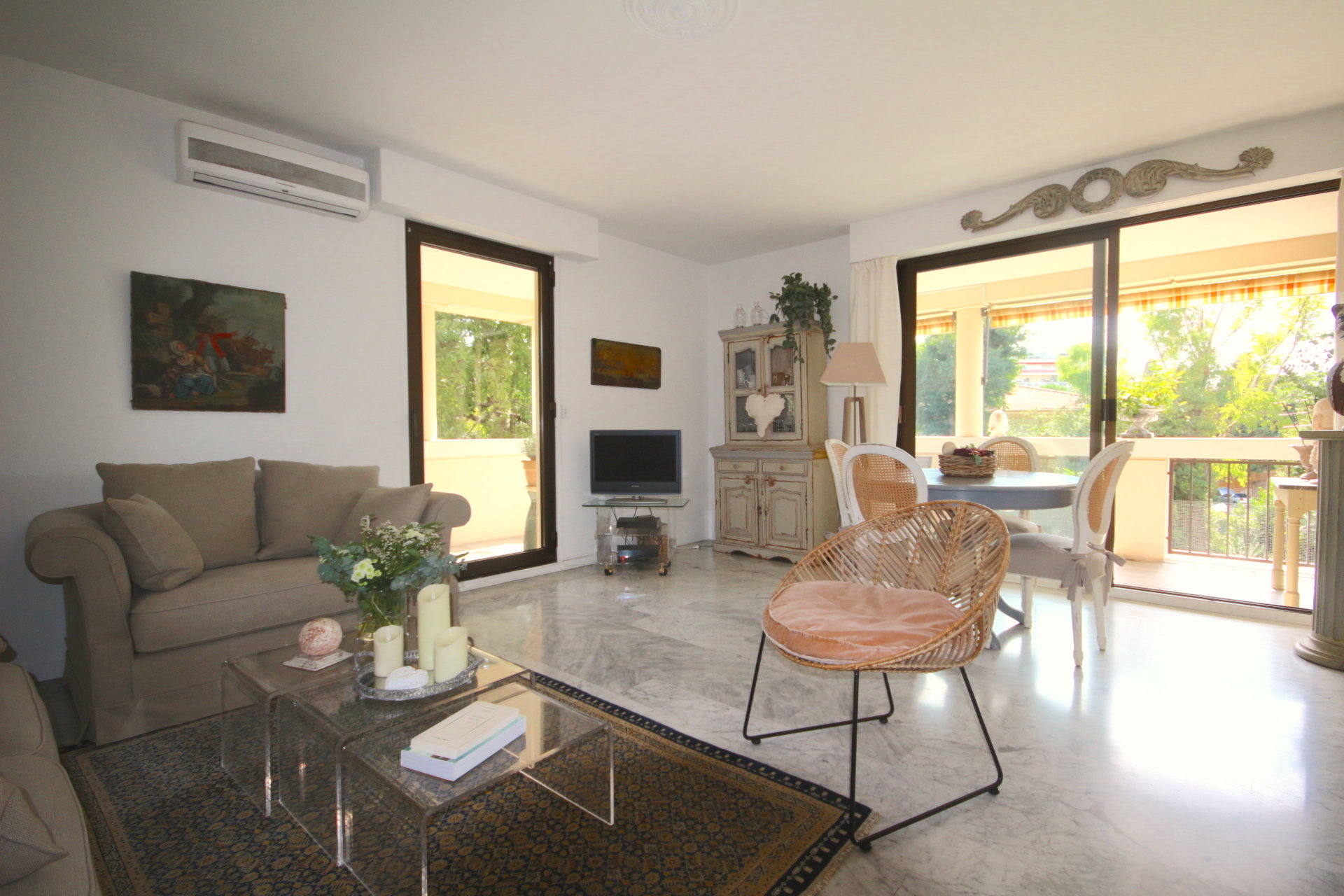 Cannes, Petit Juas. 2 bedrooms apartment with a big terrace.
