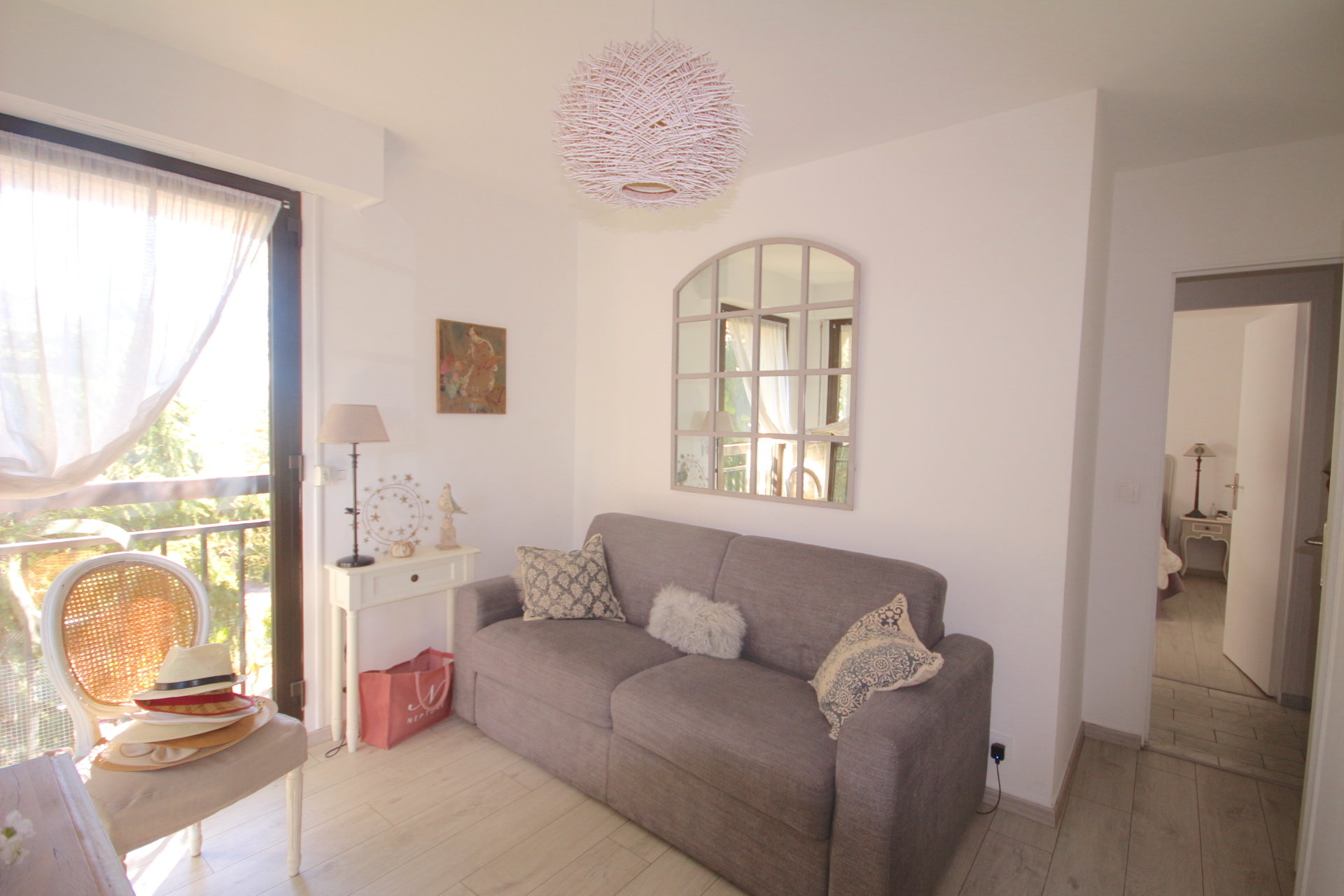 Cannes, Petit Juas. 2 bedrooms apartment with a big terrace.