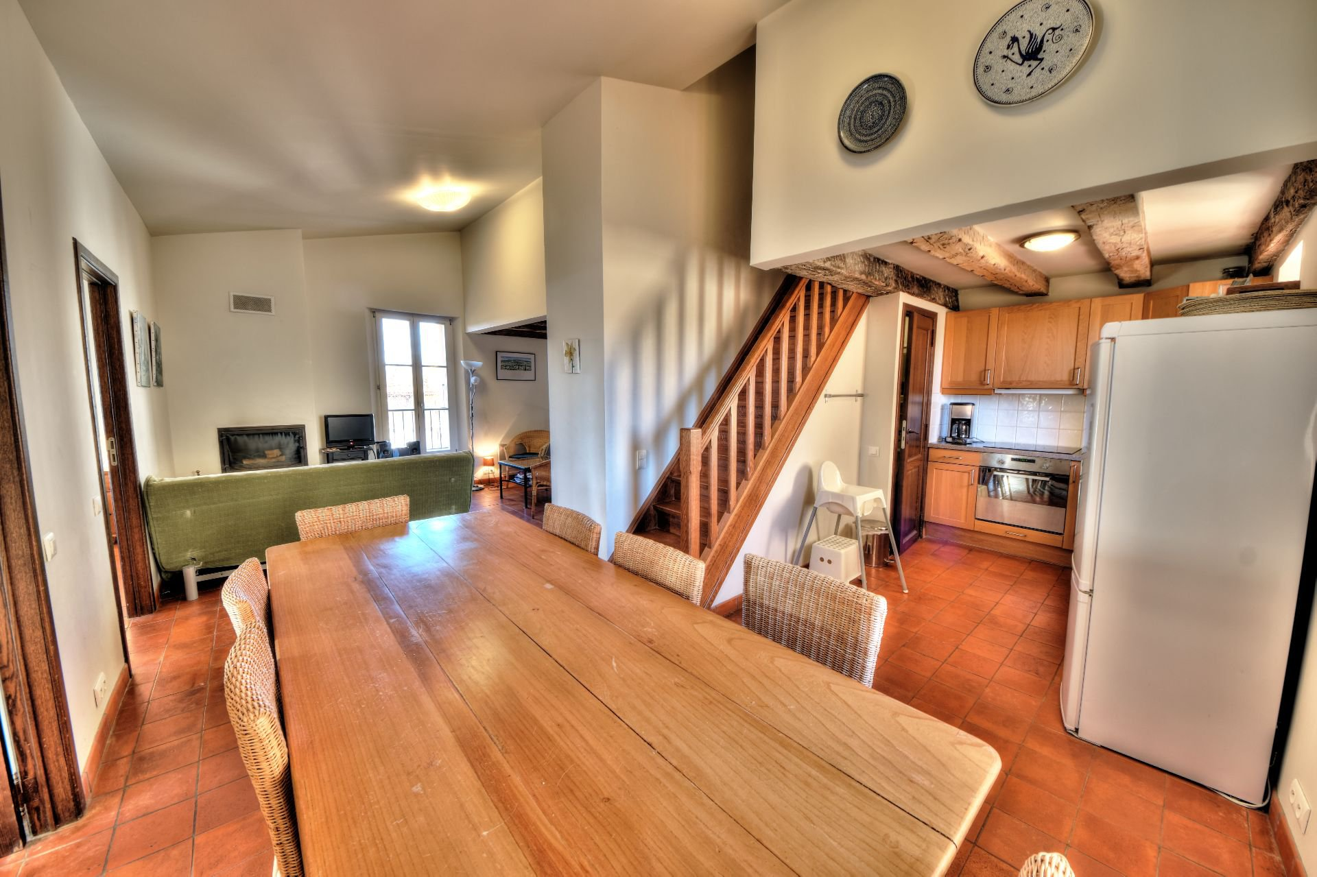 Vue sur séjour cuisine appartement 3 chambres Aiguines lac de Ste Croix