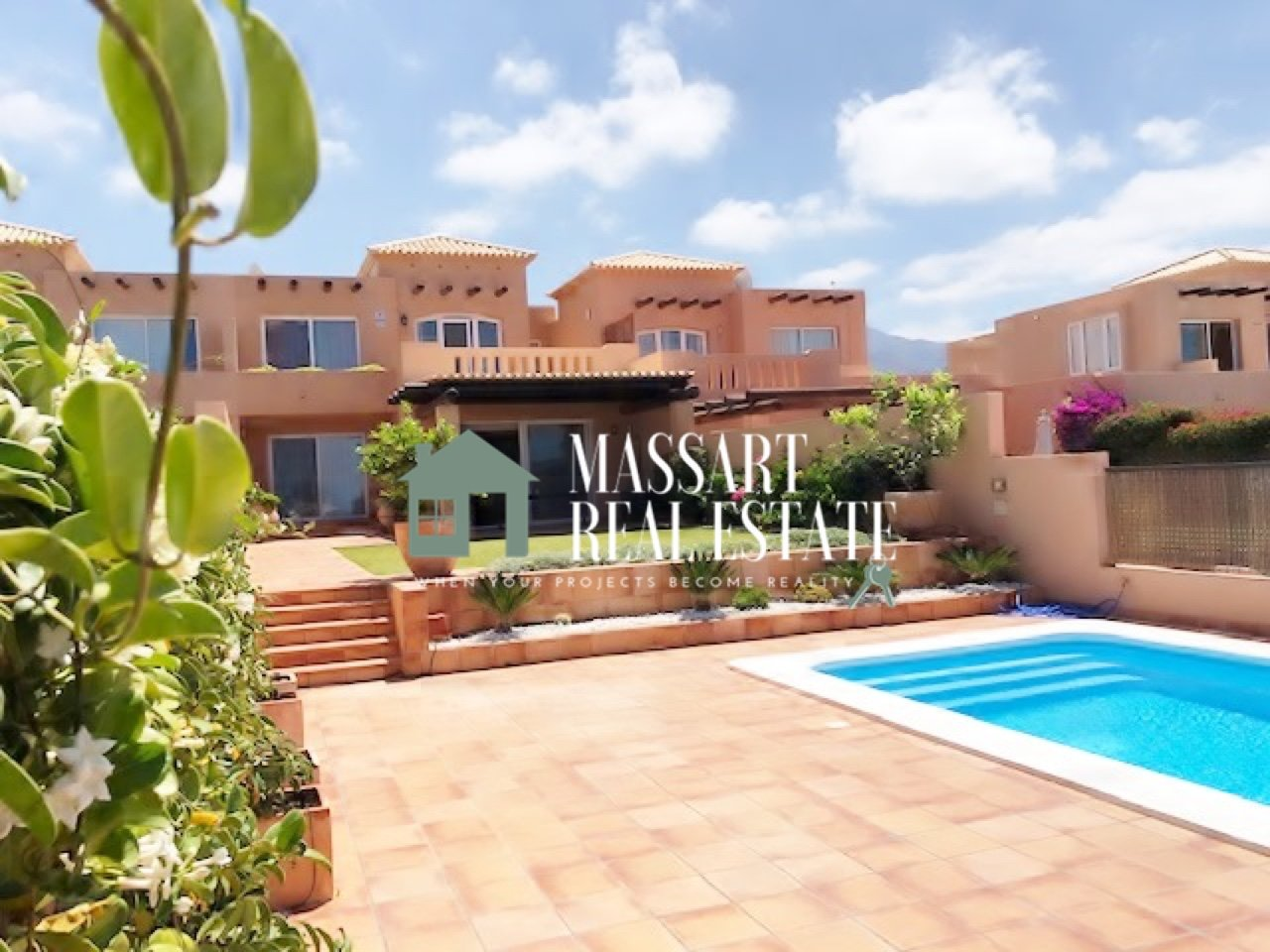 For sale in the Sunset Golf Villas complex (Golf Costa Adeje), semi-furnished villa with wonderful views of the golf course and the sea.