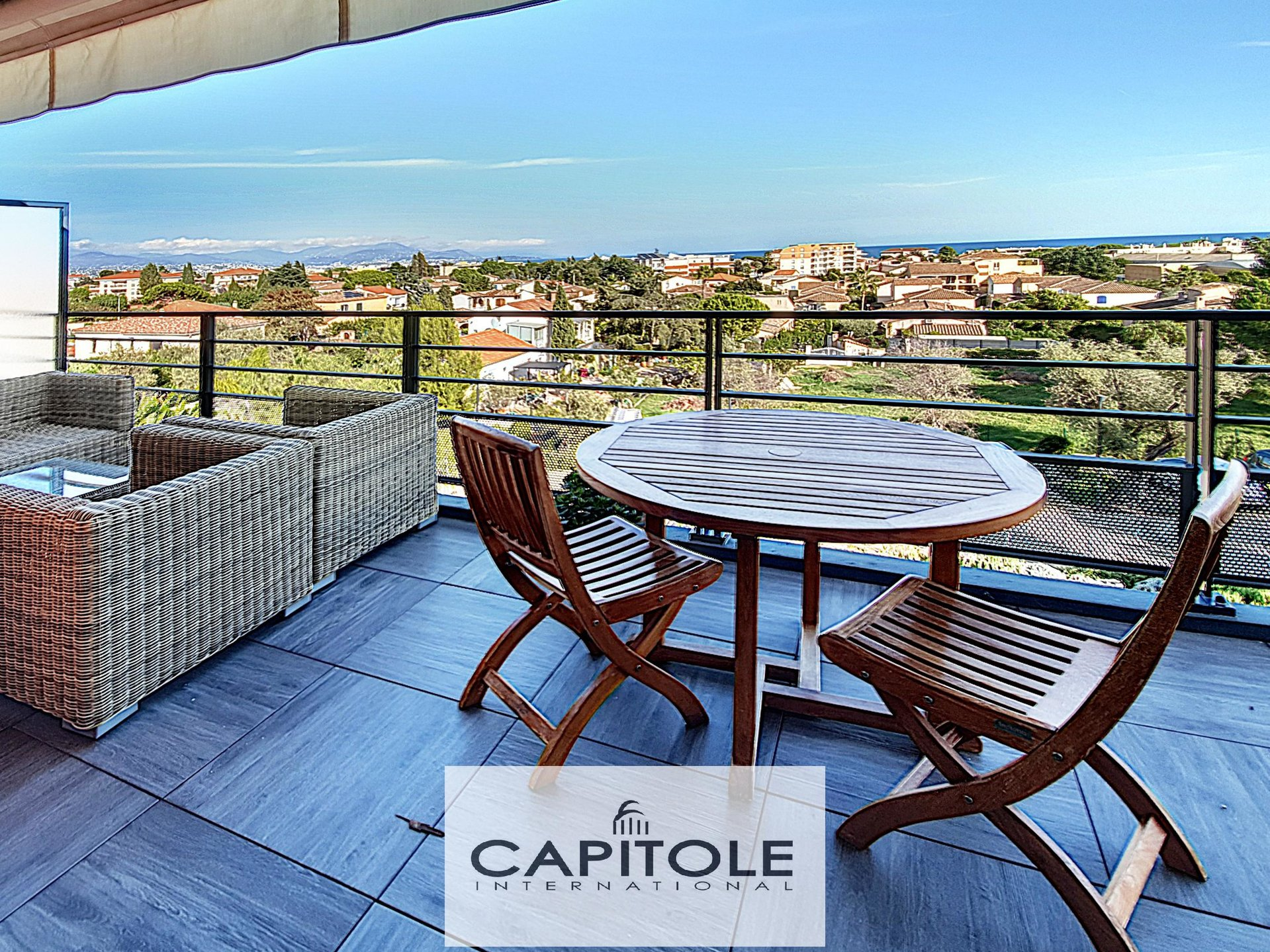 For sale, Antibes sole agent, sea view, top floor 2 bedroom apartment of 64m², terrace, garage