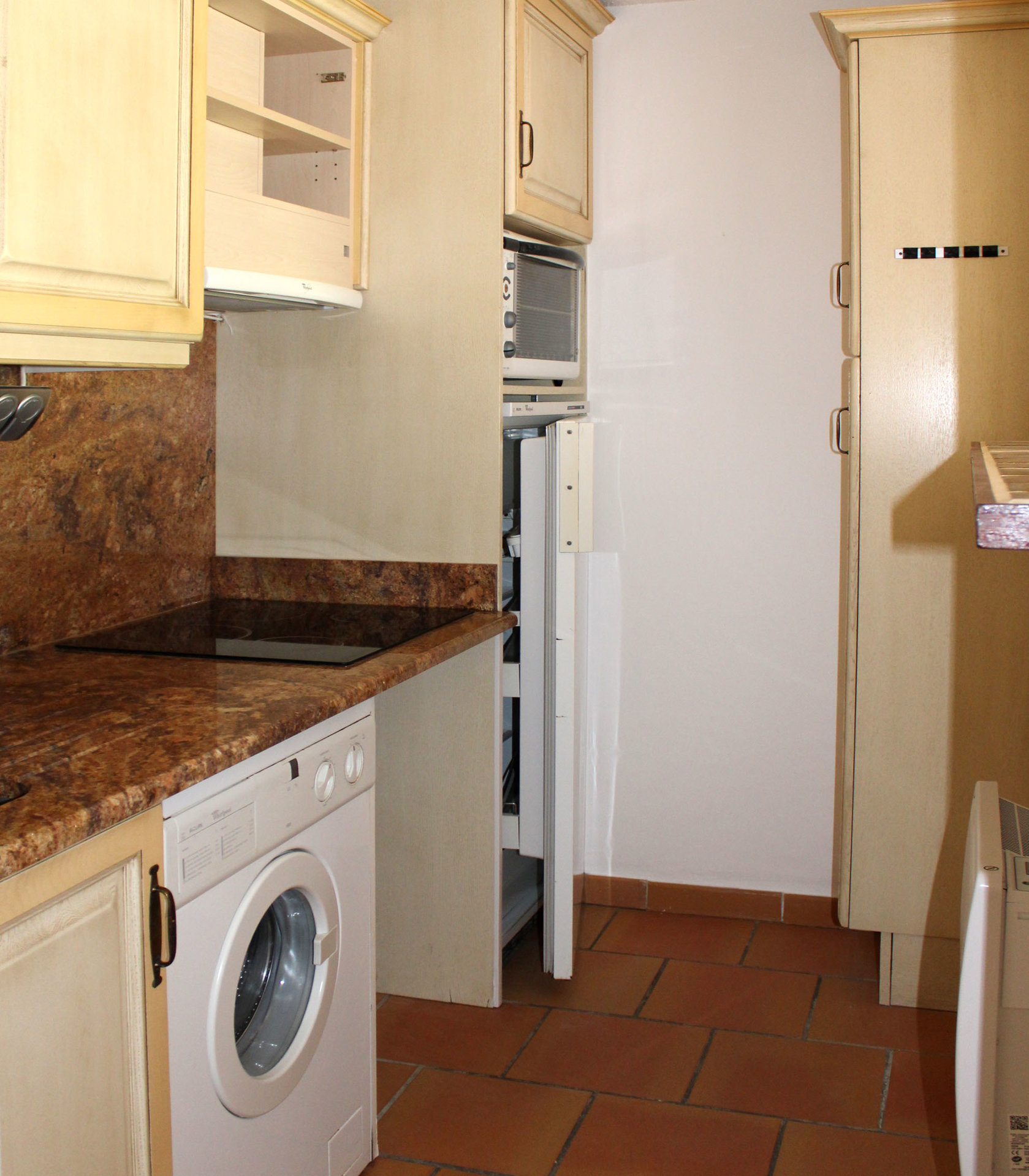Beautiful air-conditioned 2-room apartment in perfect condition and with beautiful sea views.