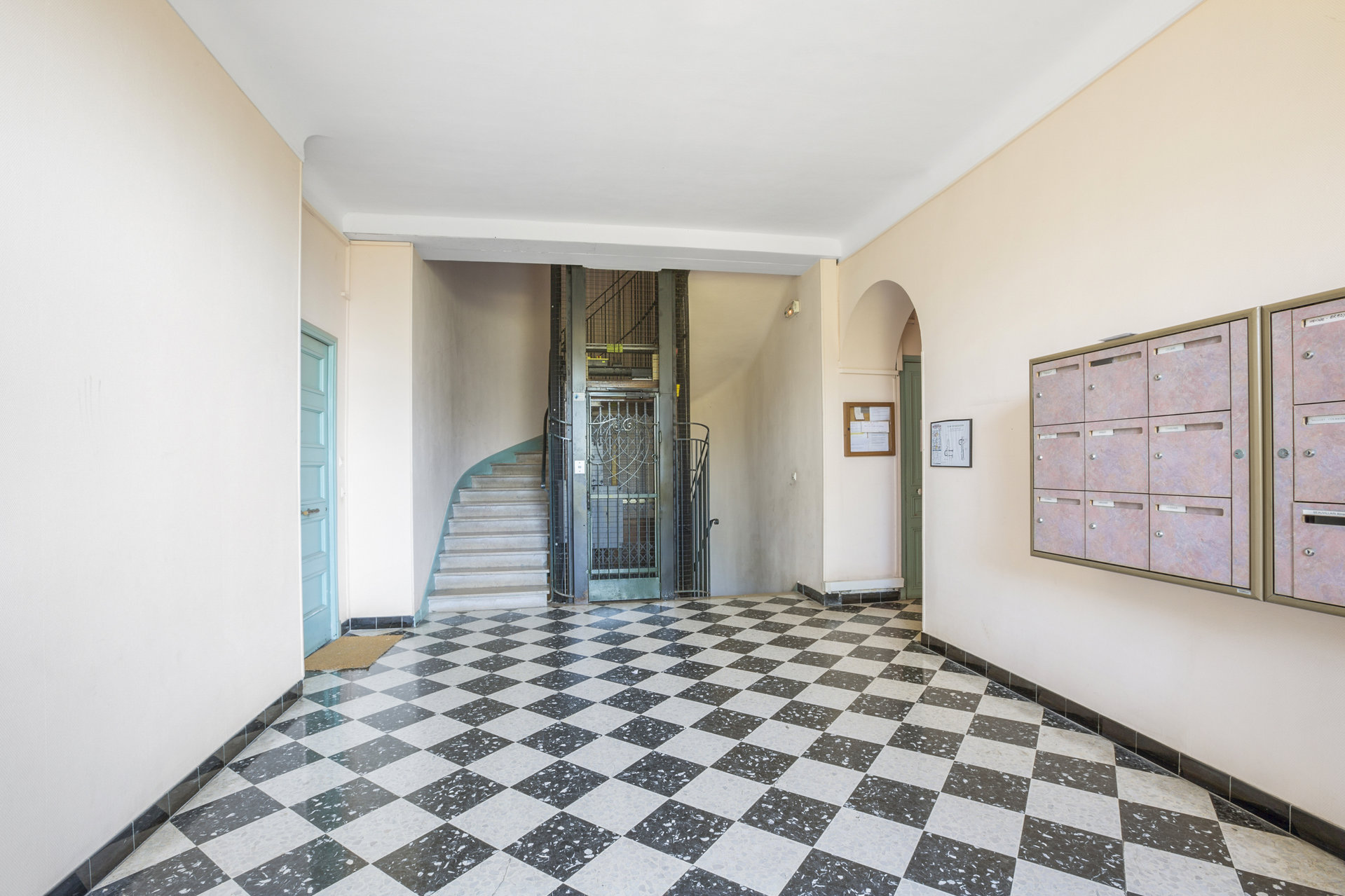 Spacious 2 bed apartment in bourgeois residence close to the centre of Cannes
