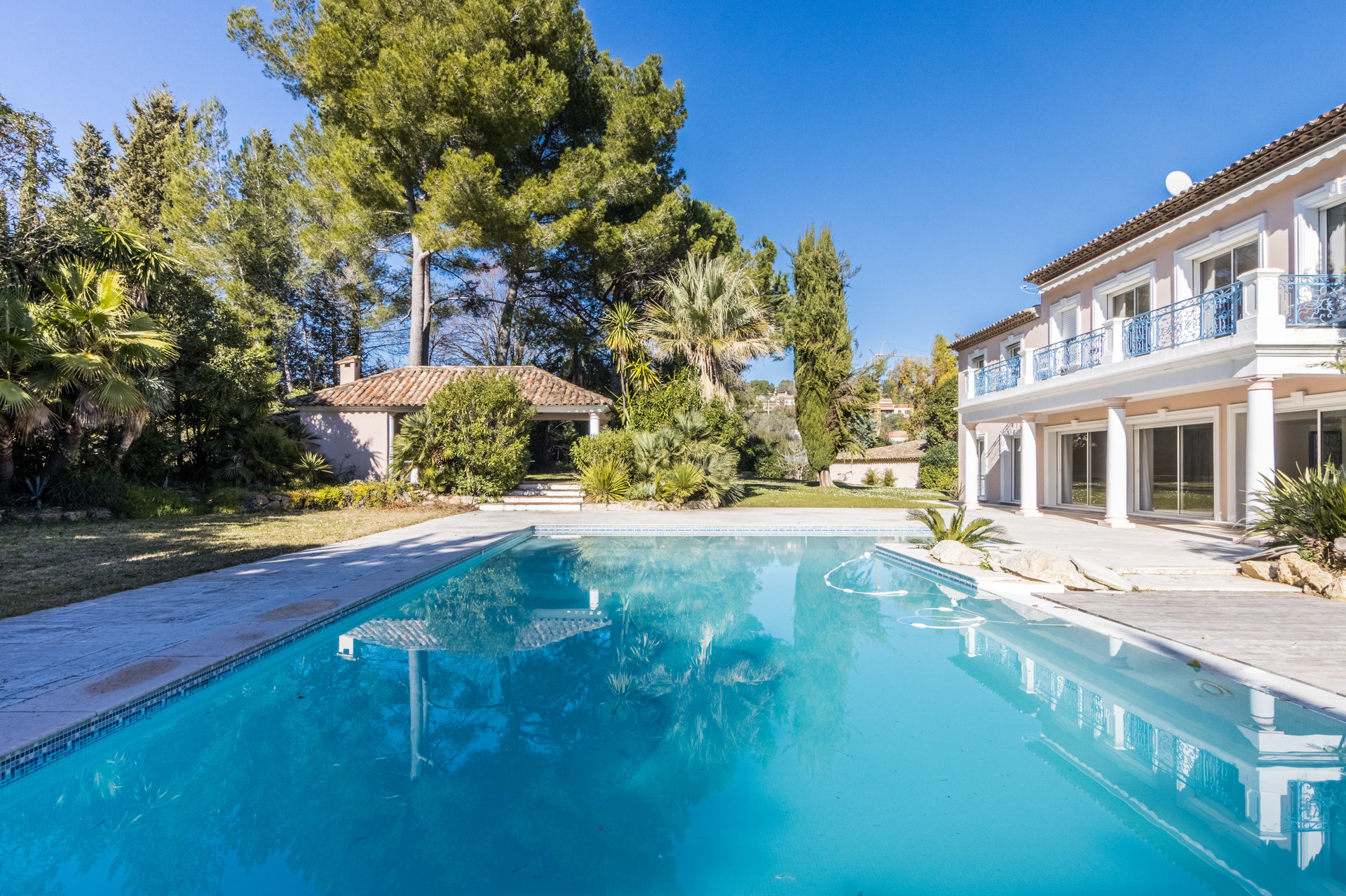 MOUGINS - VILLA 550m2 - POOL - LAND 4500M2