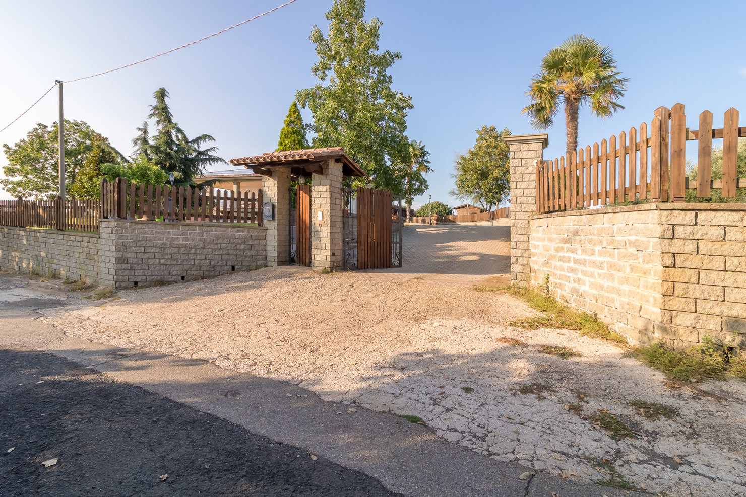 NEW VILLA: Ready-to-live property not isolated, with swimming pool and land