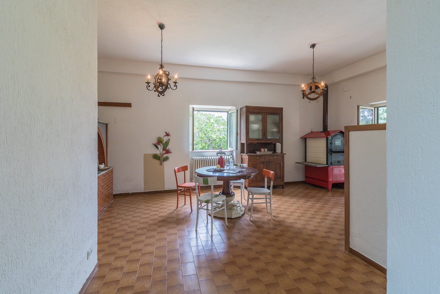 THERMAL SIDE: Beautiful single villa with outbuilding and land in a hilly area