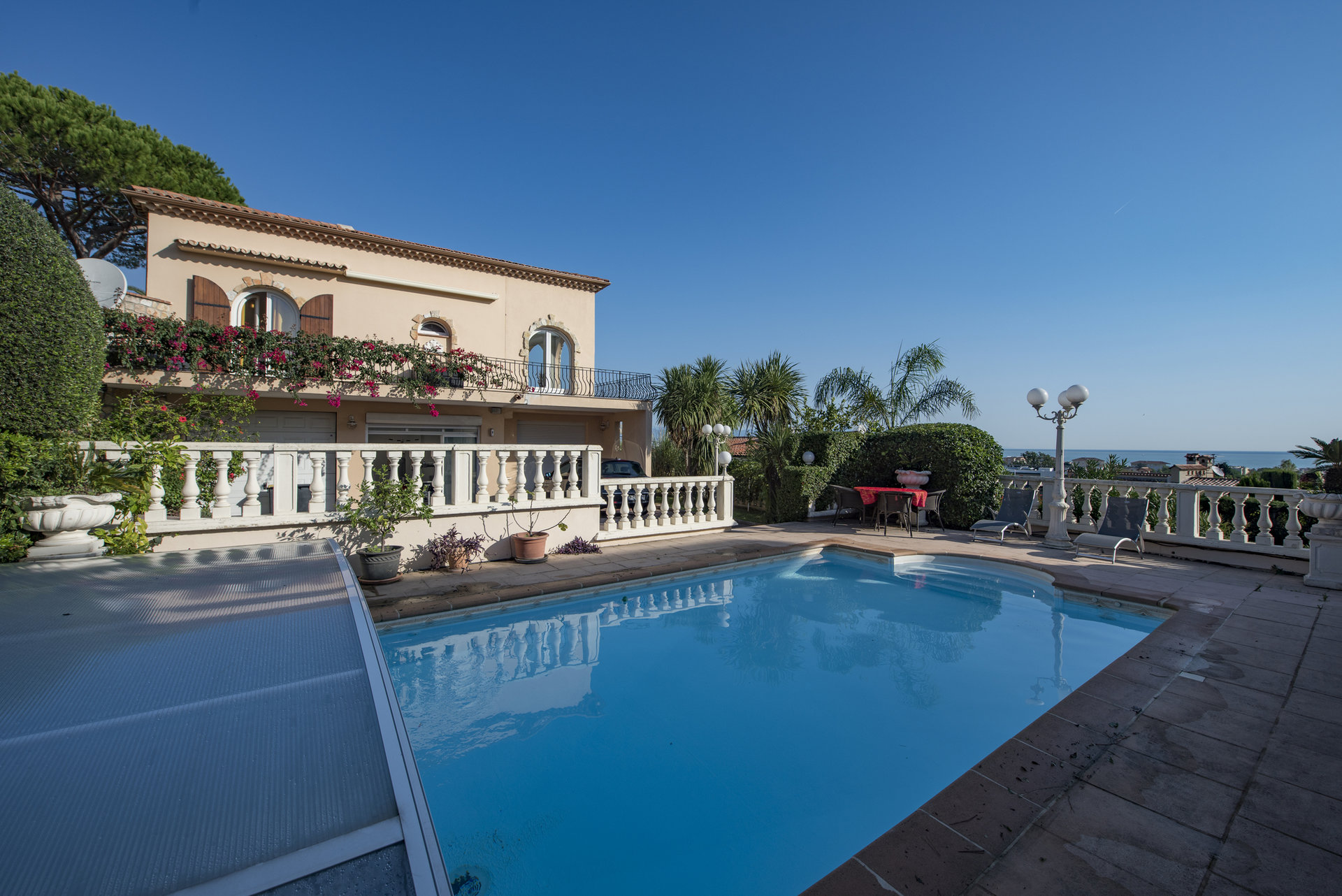 Large well-kept villa with sea views and pool in Antibes