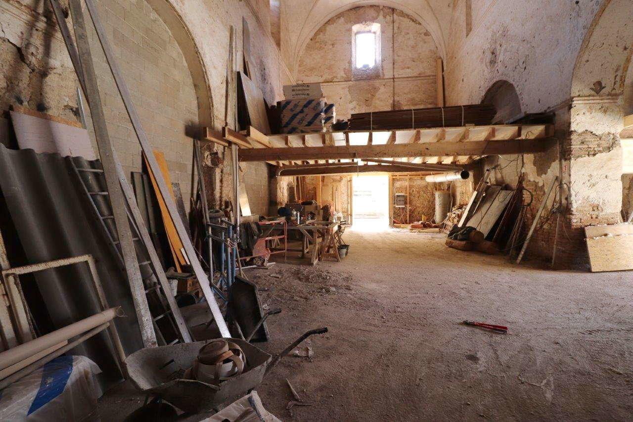 Ancien couvent à rénover en totalité, 2 niveaux, garage de 160 m²